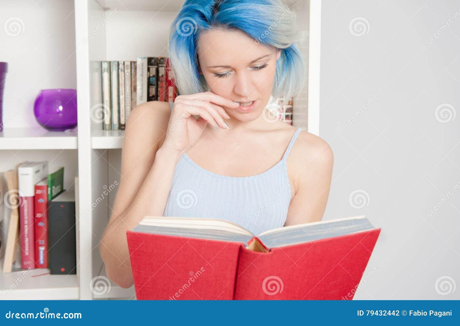 weibliches jugendlich zu hause lesen der junge recht stockfoto bild 79432442. Black Bedroom Furniture Sets. Home Design Ideas