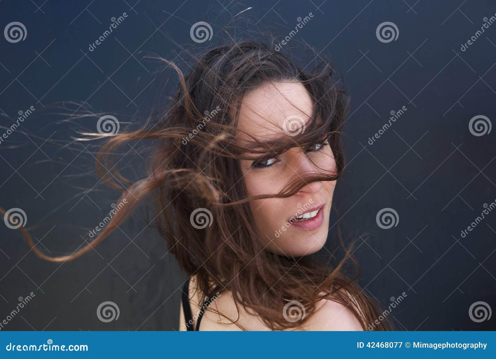 Weibliches Mode-Modell mit dem Haarschlag