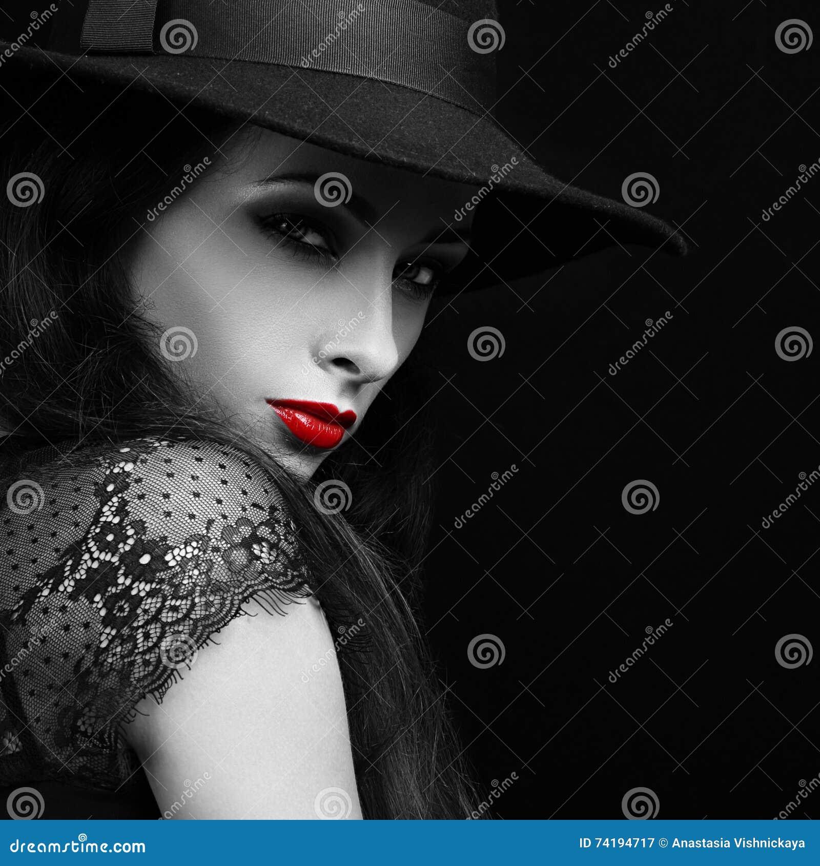 Weibliches Modell des schönen ausdrucksvollen hellen Makes-up mit der glühenden Lippe