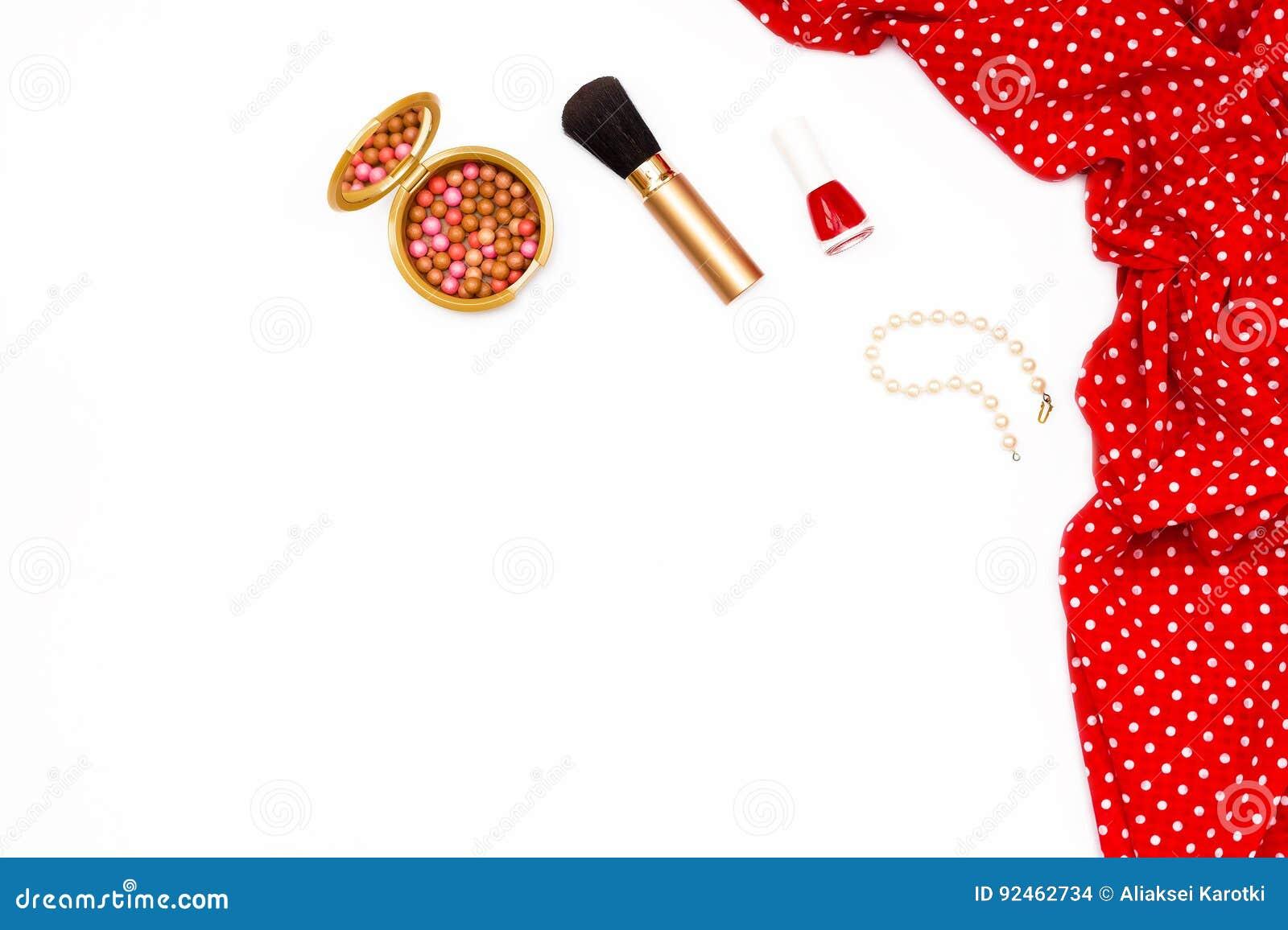 weibliches rotes kleid, nagellack, perlenarmband und make