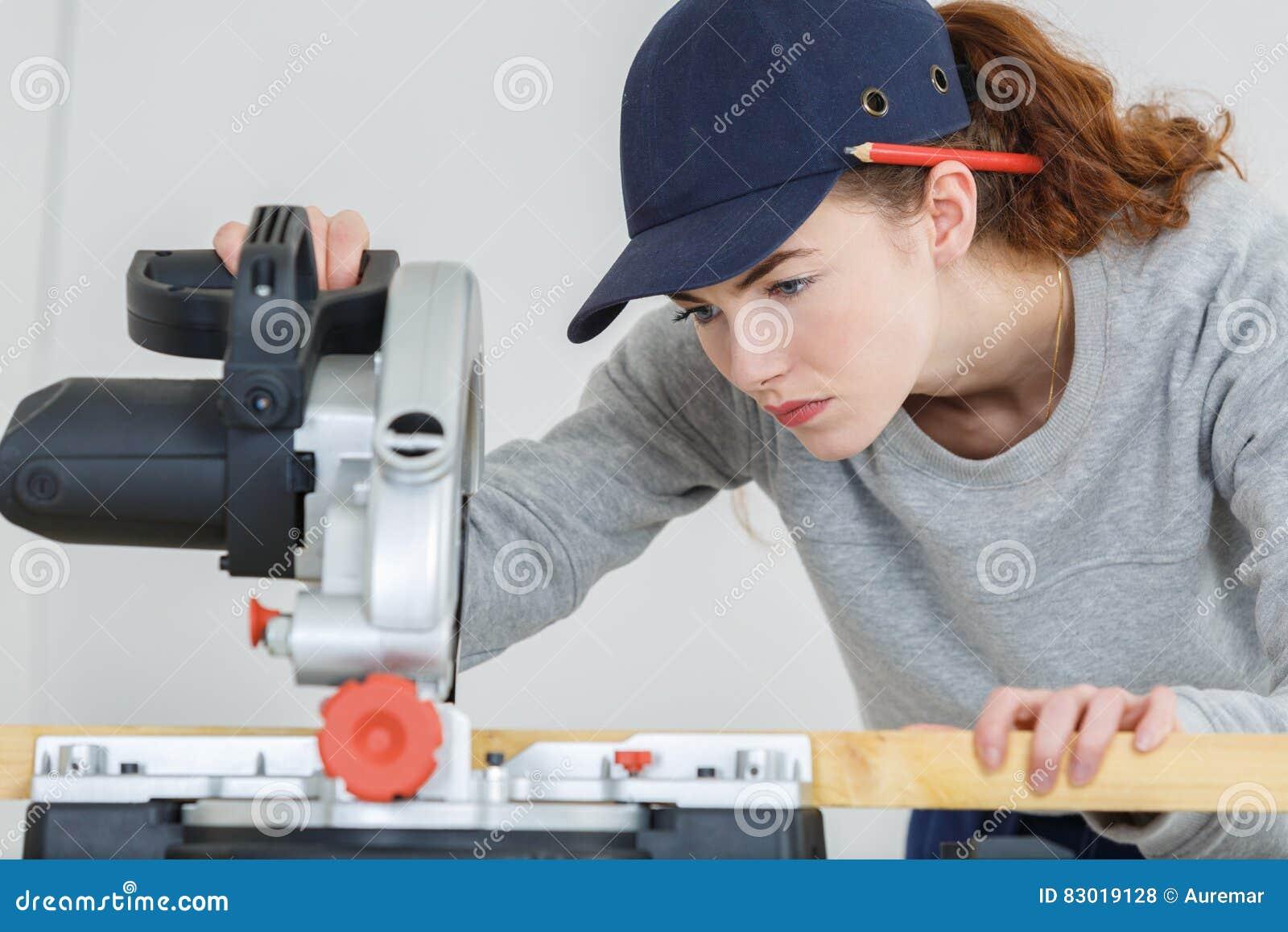 Weibliches Tischlerausschnittholz mit Kreisenergie sah