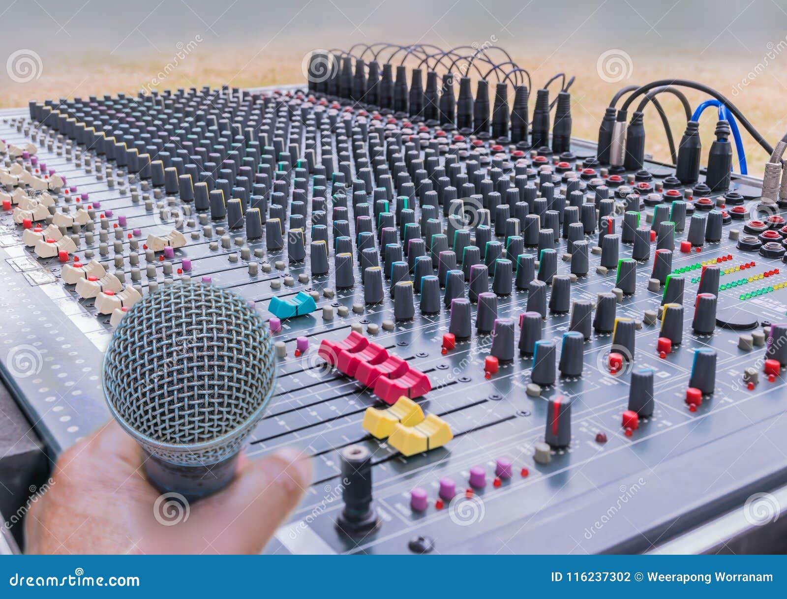 Weiche verwischt und Weichzeichnung des Mikrofons mit Kontrollen des Tonregiepults, Mischerton