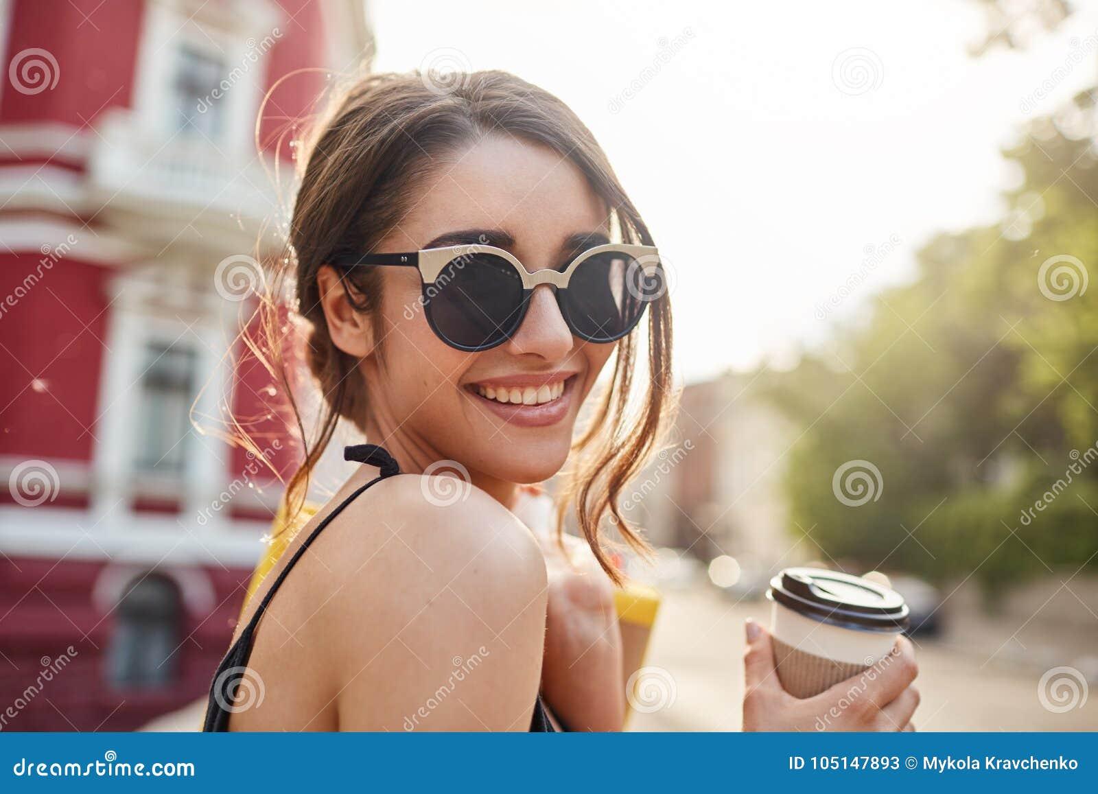 Weicher Fokus Enthalten Sie Steigungs- und Ausschnittsmaske Schließen Sie herauf Porträt der frohen jungen attraktiven dunkelhaar