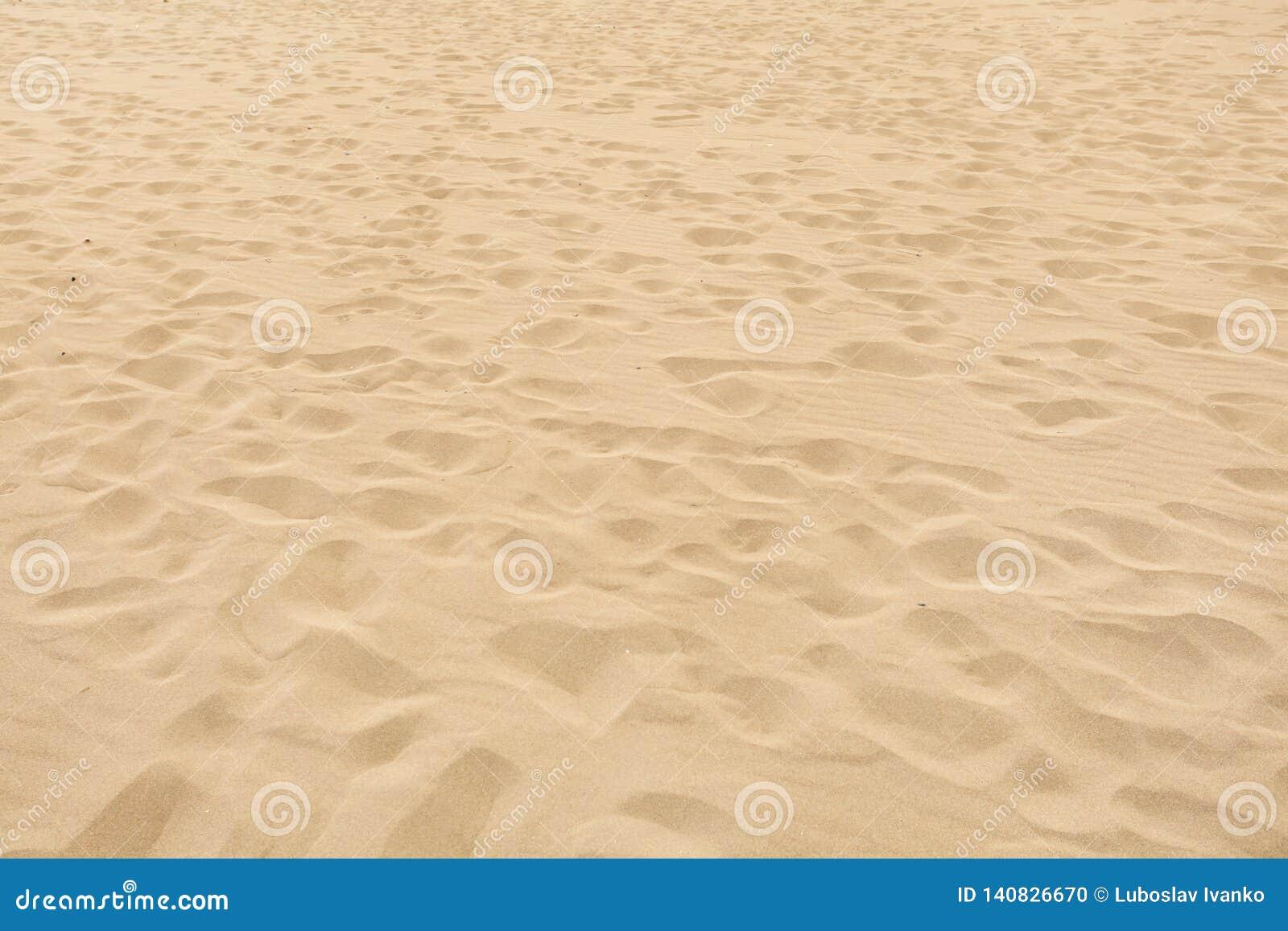 Weicher Sandstrand mit vielen verschwindenen Abdrücken