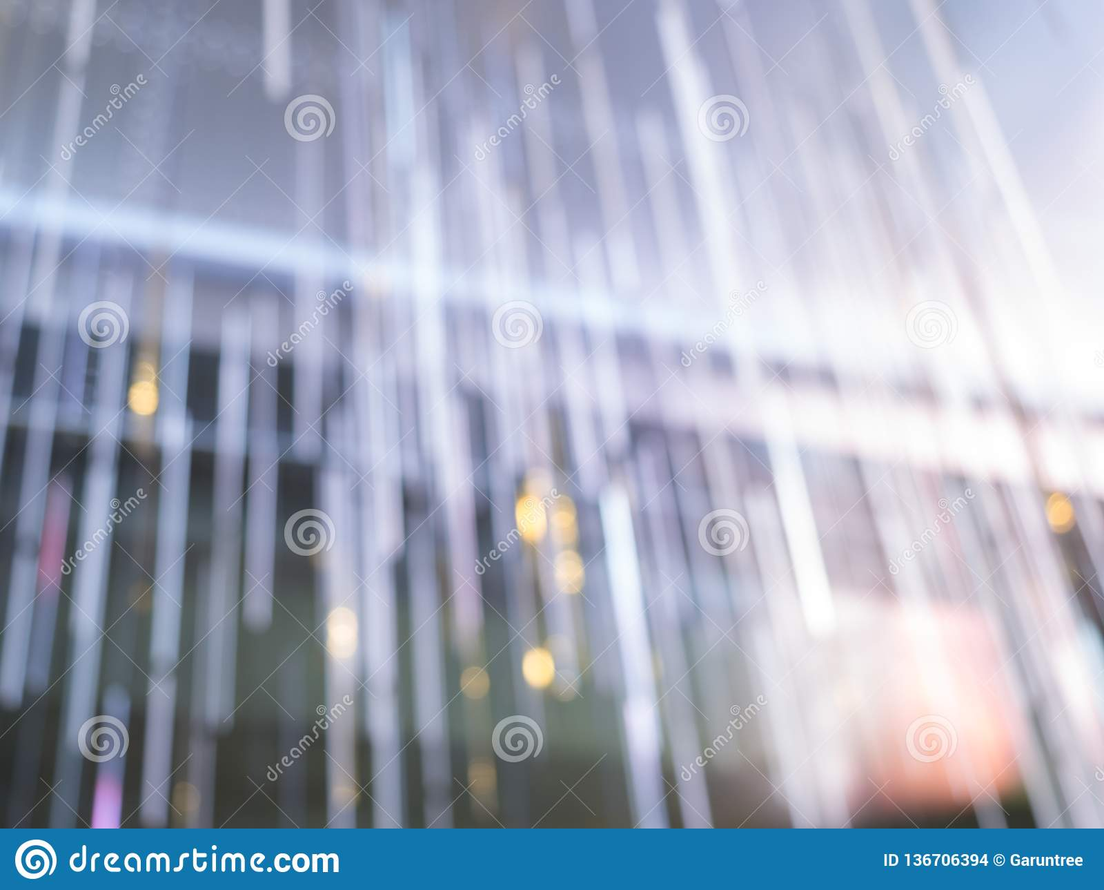 Weiches Sonnenlicht im Raum und im Vorhang, Morgensonnenscheingefühl entspannt sich, warmes Licht