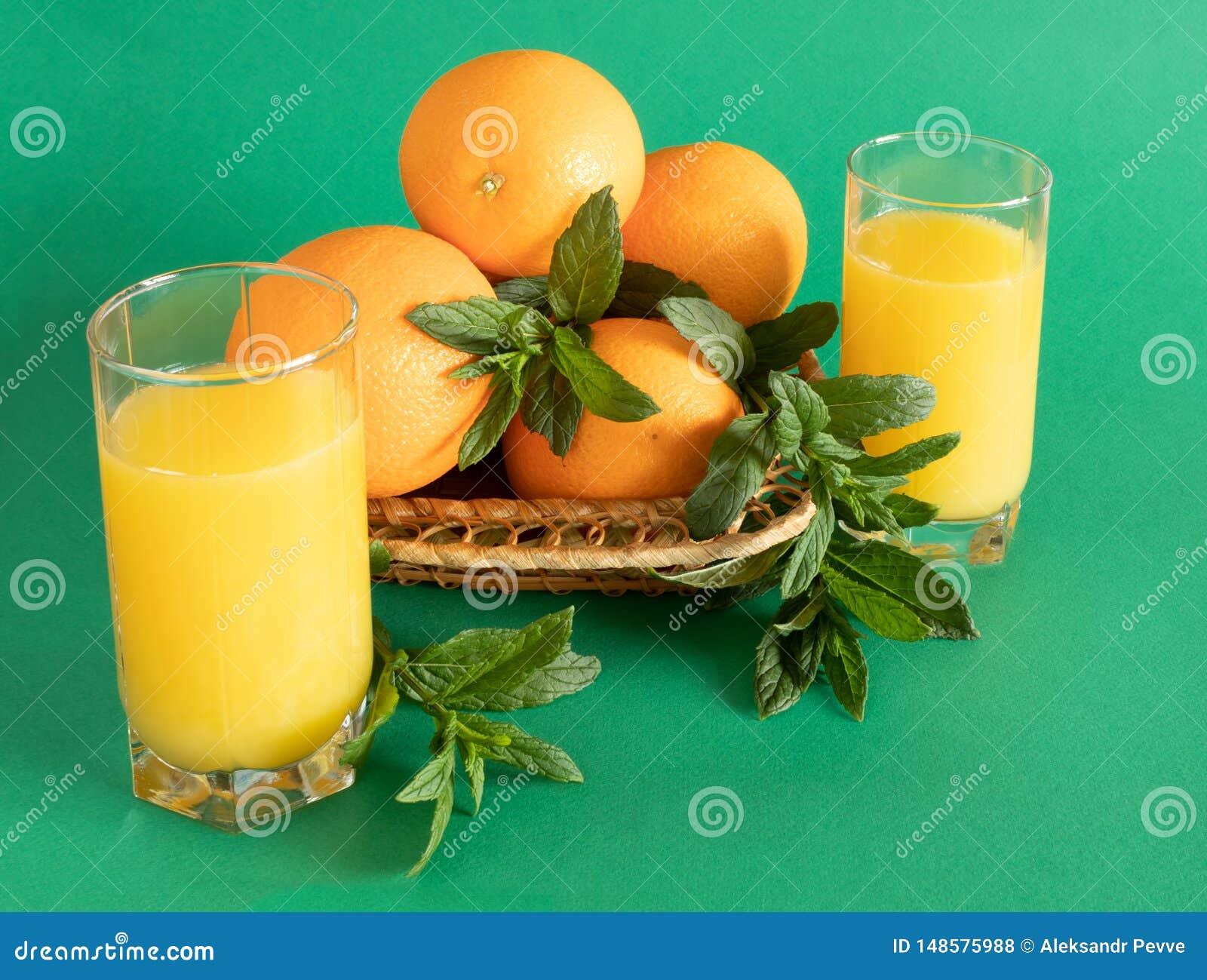 Weidensch?ssel mit Orangen und Minze auf gr?nem Hintergrund