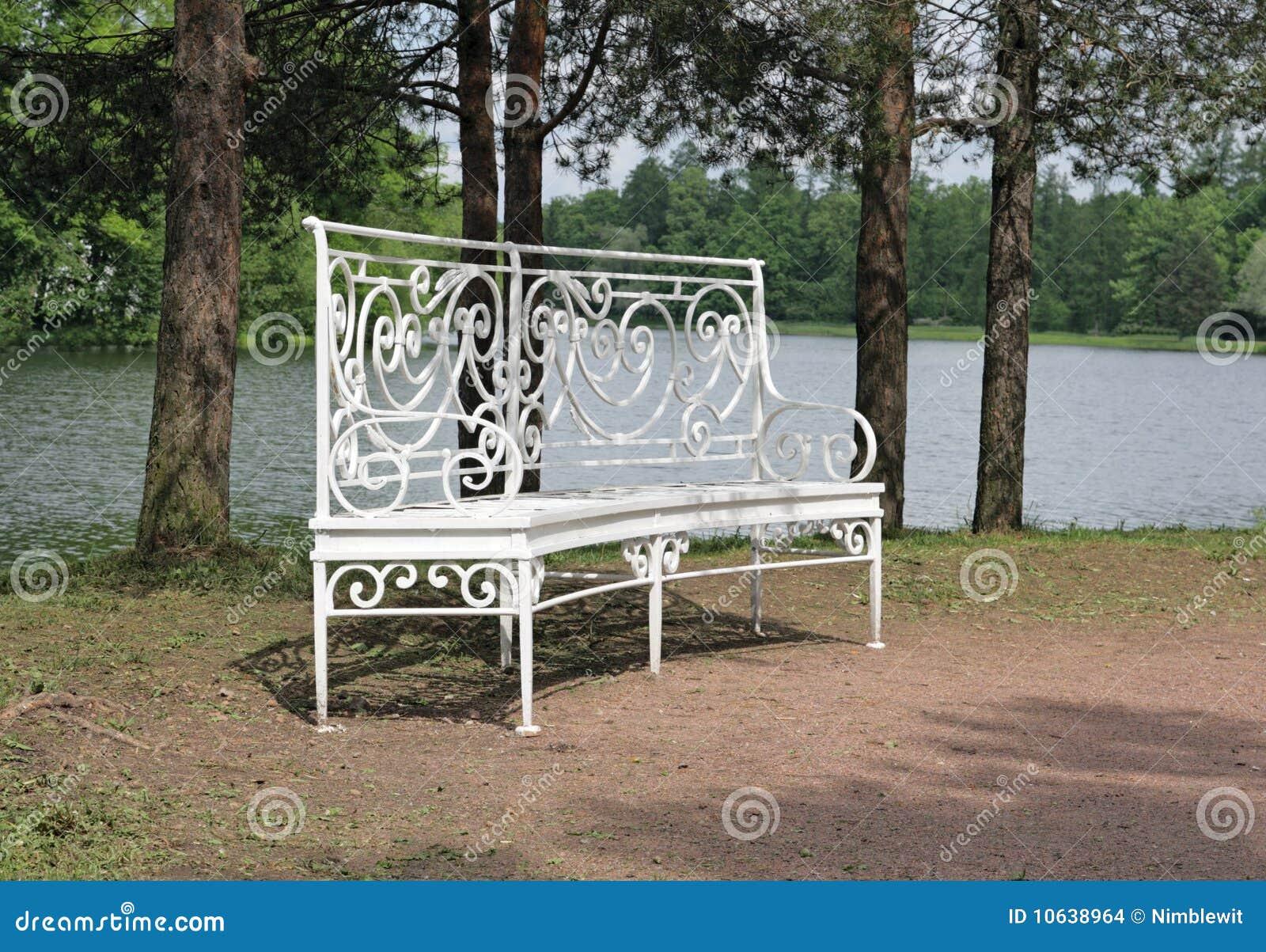 wei e gartenbank stockbilder bild 10638964. Black Bedroom Furniture Sets. Home Design Ideas