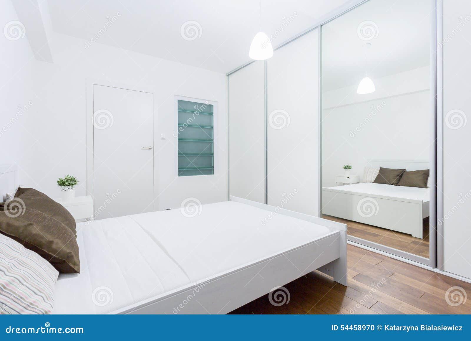 weißes schlafzimmer in der zeitgenössischen wohnung stockfoto