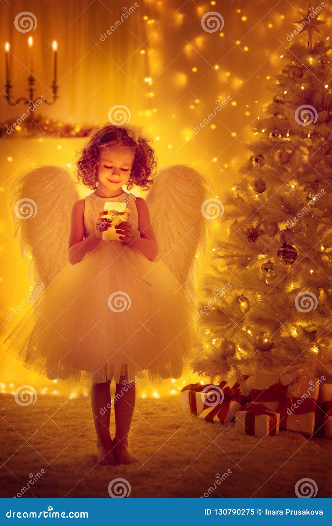 Weihnachten Angel Child mit Flügeln halten das Beleuchten der Kerze, Weihnachtsbaum