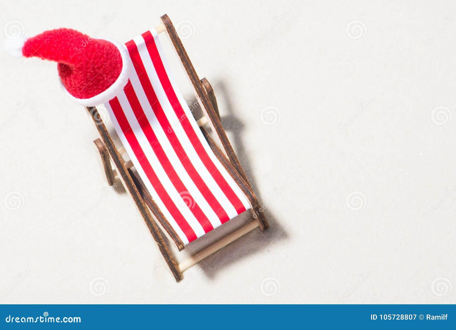 weihnachten auf dem strand ein klubsessel mit einem sankt. Black Bedroom Furniture Sets. Home Design Ideas