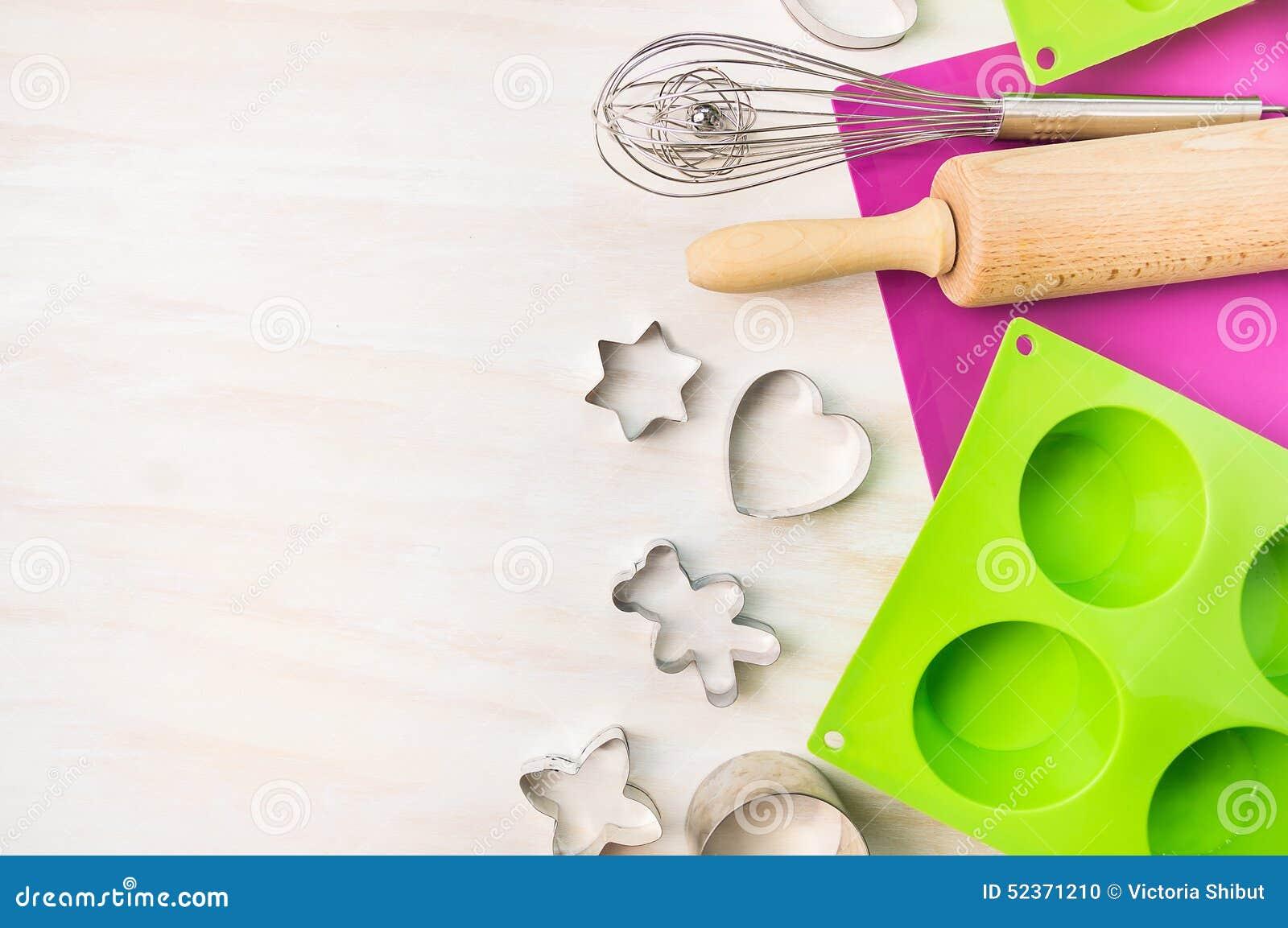 Weihnachten backen Werkzeuge für Plätzchen- und Kuchenform für Muffin und kleinen Kuchen auf weißem hölzernem Hintergrund, Draufs