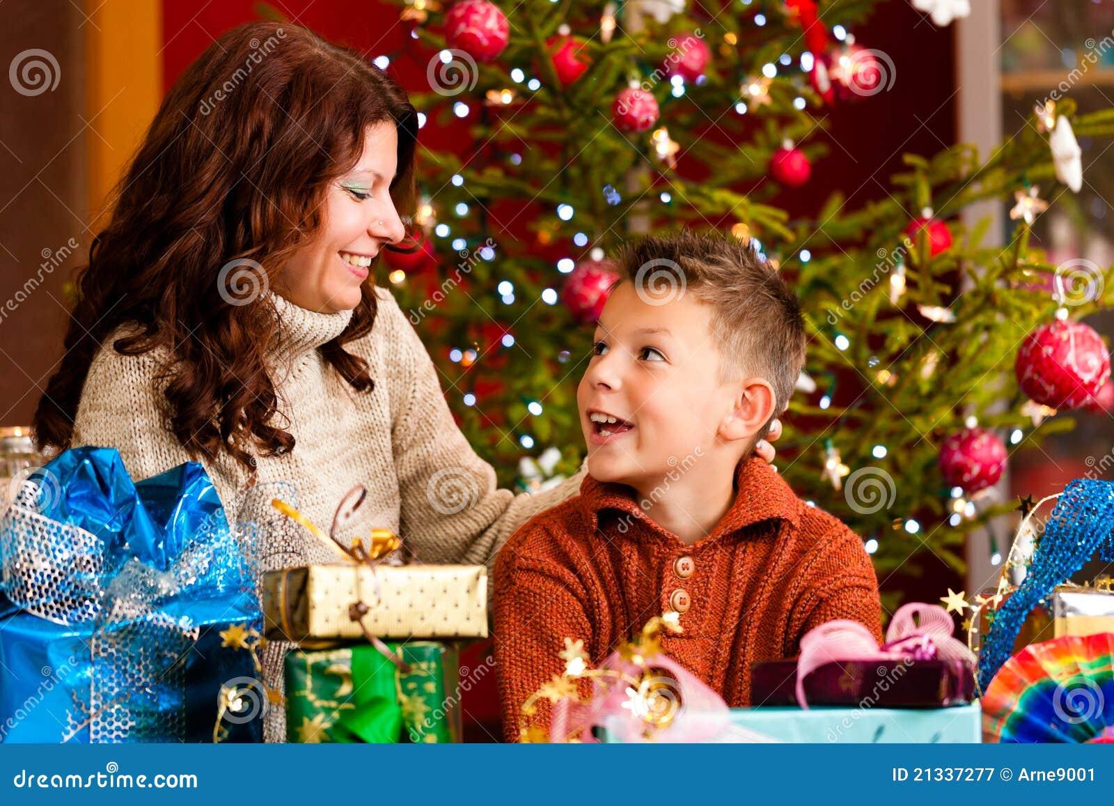 weihnachten familie mit geschenken auf weihnachten eve. Black Bedroom Furniture Sets. Home Design Ideas