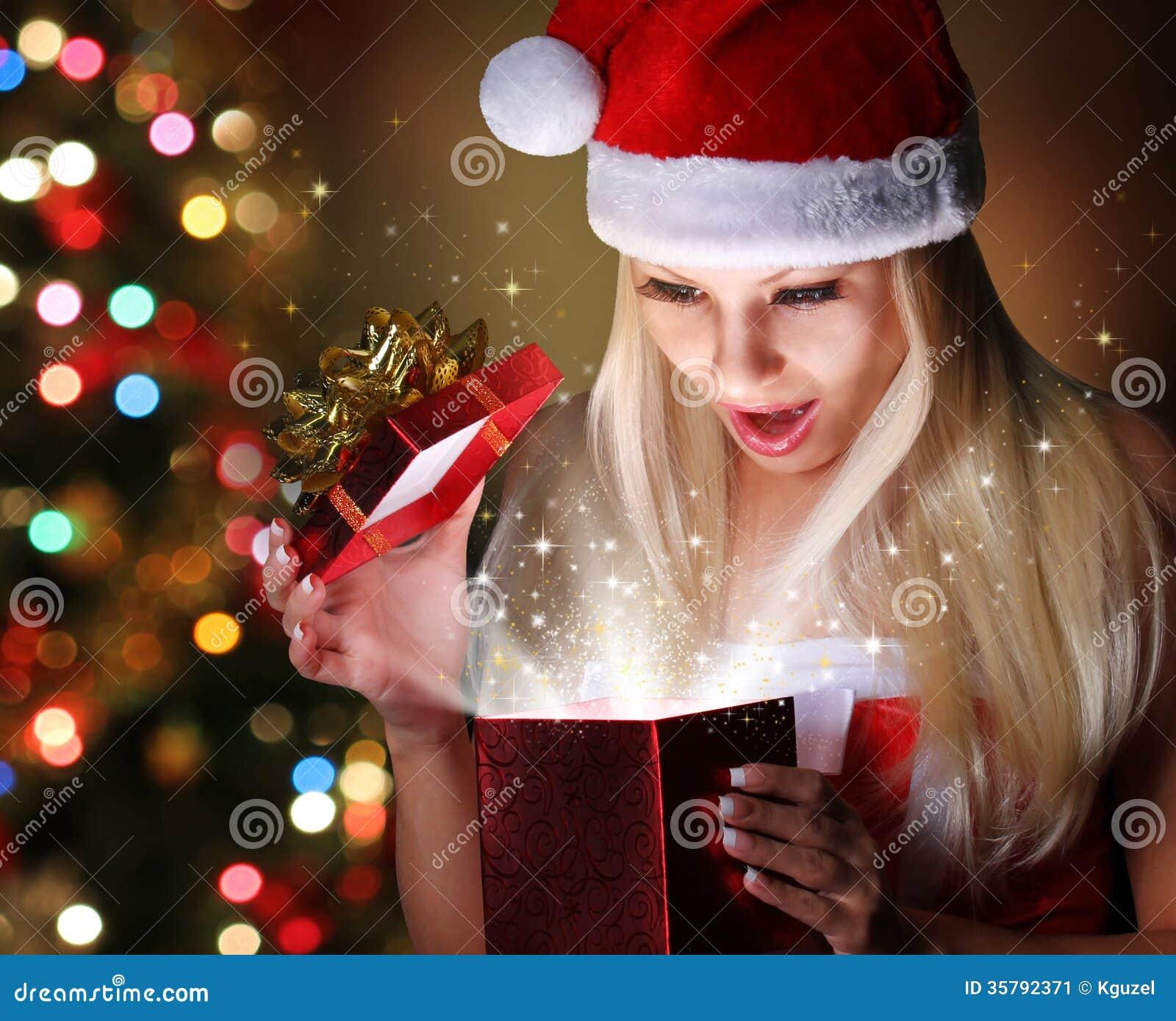 Weihnachten. Glückliches Blondes Mädchen Mit Santa Hat Opening Gift ...