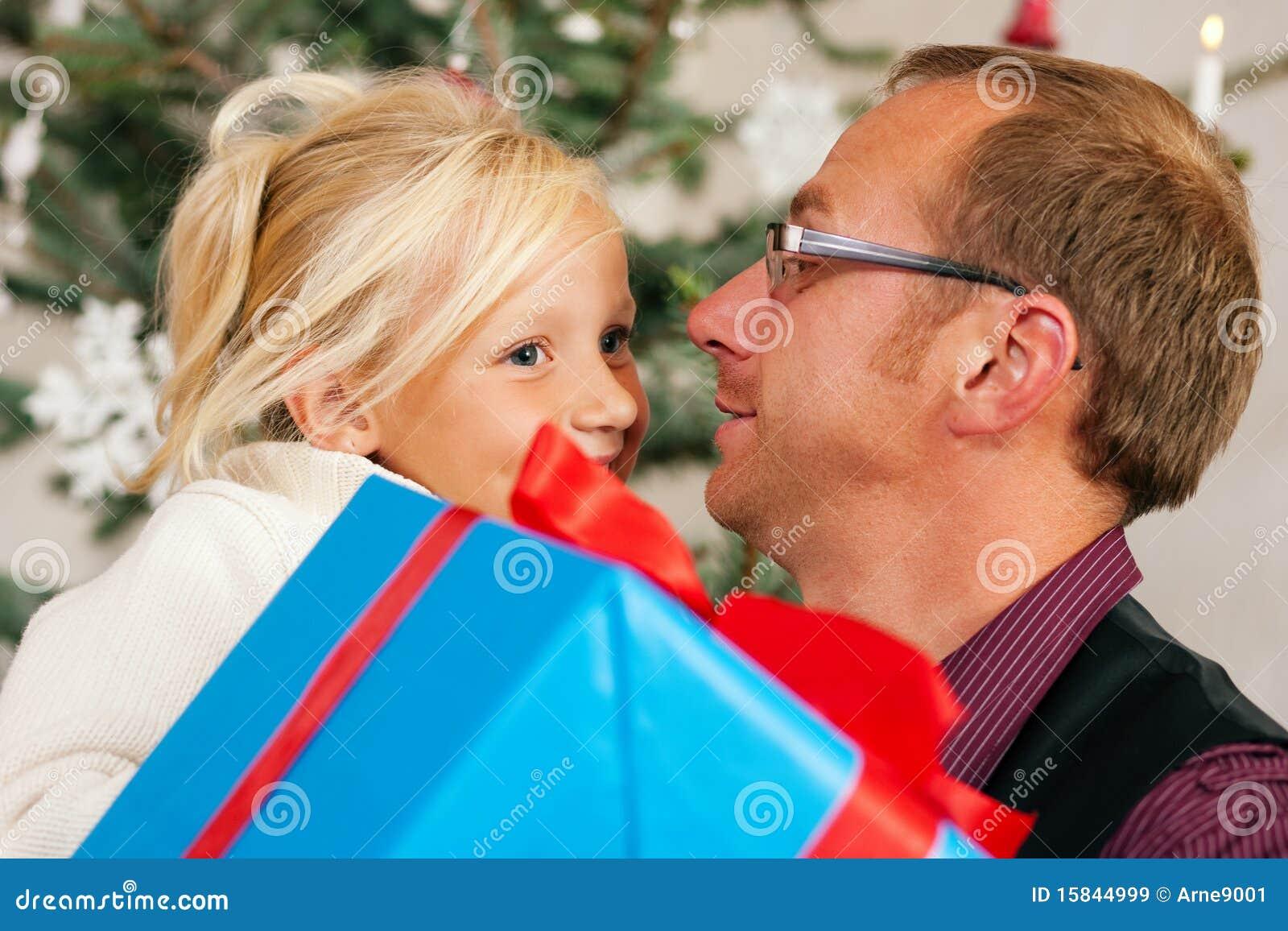 Weihnachten - Kind, Das Ein Geschenk Empfängt Stockbild - Bild von ...