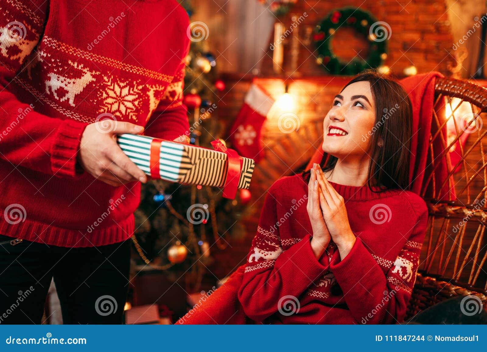 Weihnachten, Männliche Person Macht Der Schönheit Geschenk Stockfoto ...