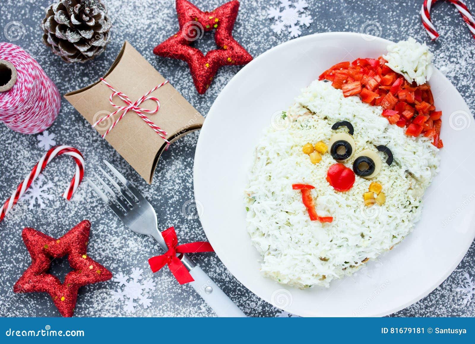 Salat Weihnachten.Weihnachten Santa Claus Stellen Salat Für Feiertagsabendessen