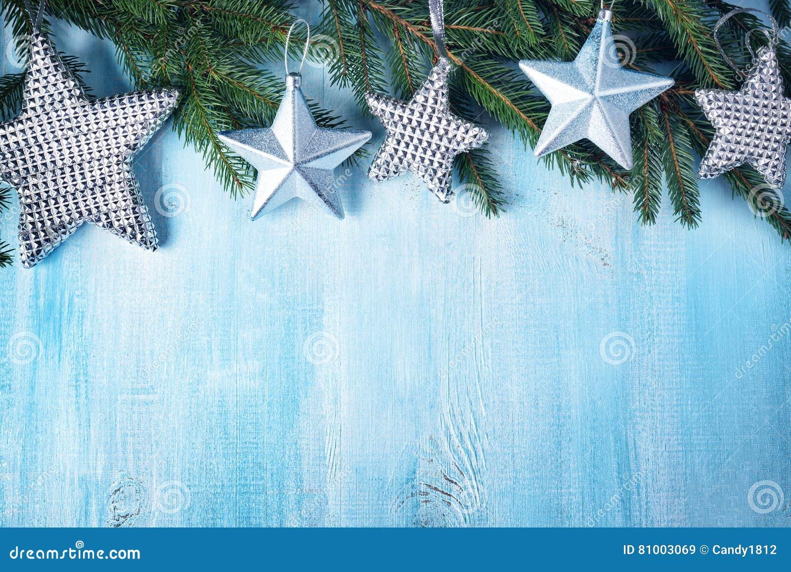 Weihnachten spielt auf hölzernem Hintergrund mit Tannenbaumasten die Hauptrolle