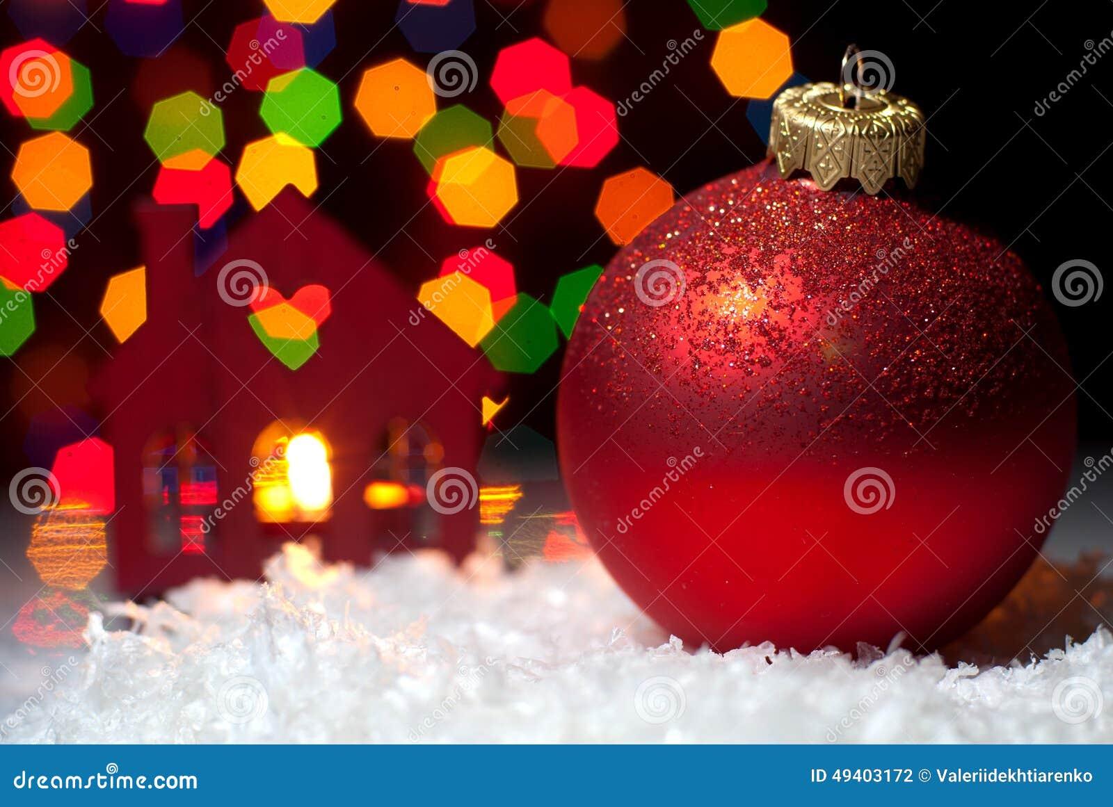 Download Weihnachten Spielt Im Schnee Mit Einem Weihnachtsbaum Mit Girlanden O Stockfoto - Bild von karte, familie: 49403172