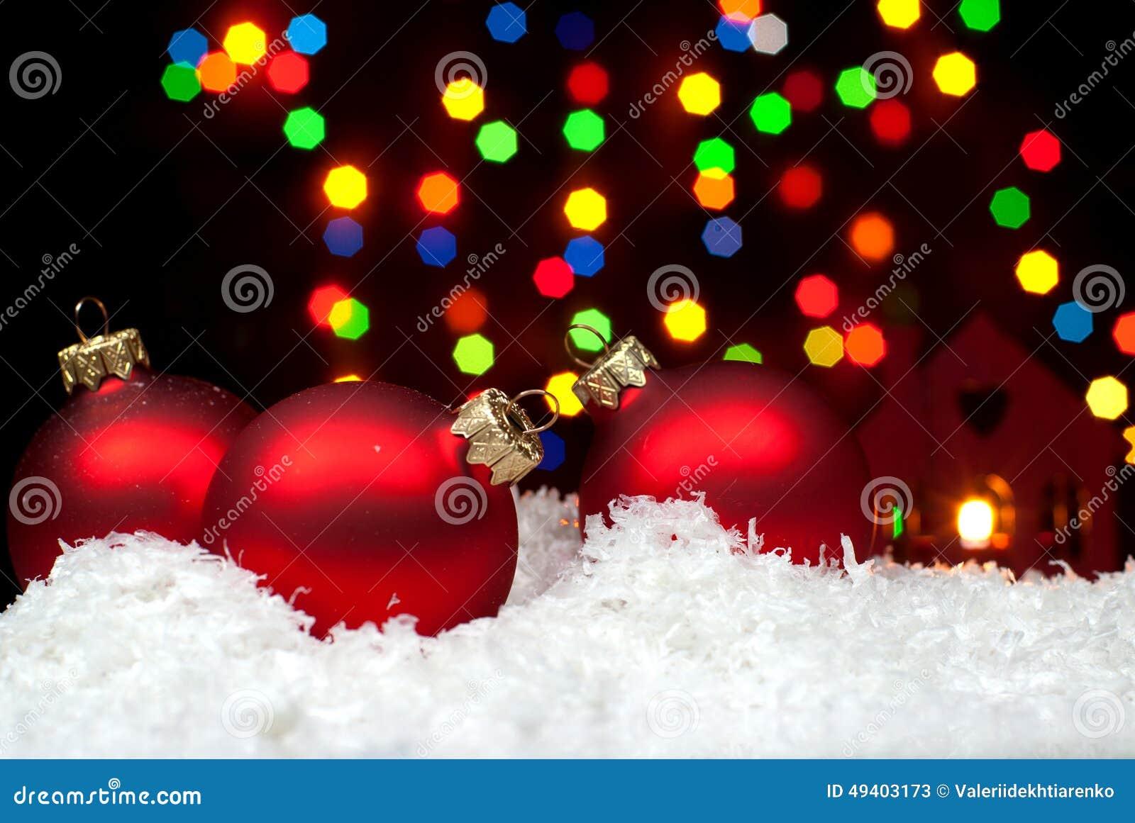 Download Weihnachten Spielt Im Schnee Mit Einem Weihnachtsbaum Mit Girlanden O Stockbild - Bild von abend, girlanden: 49403173
