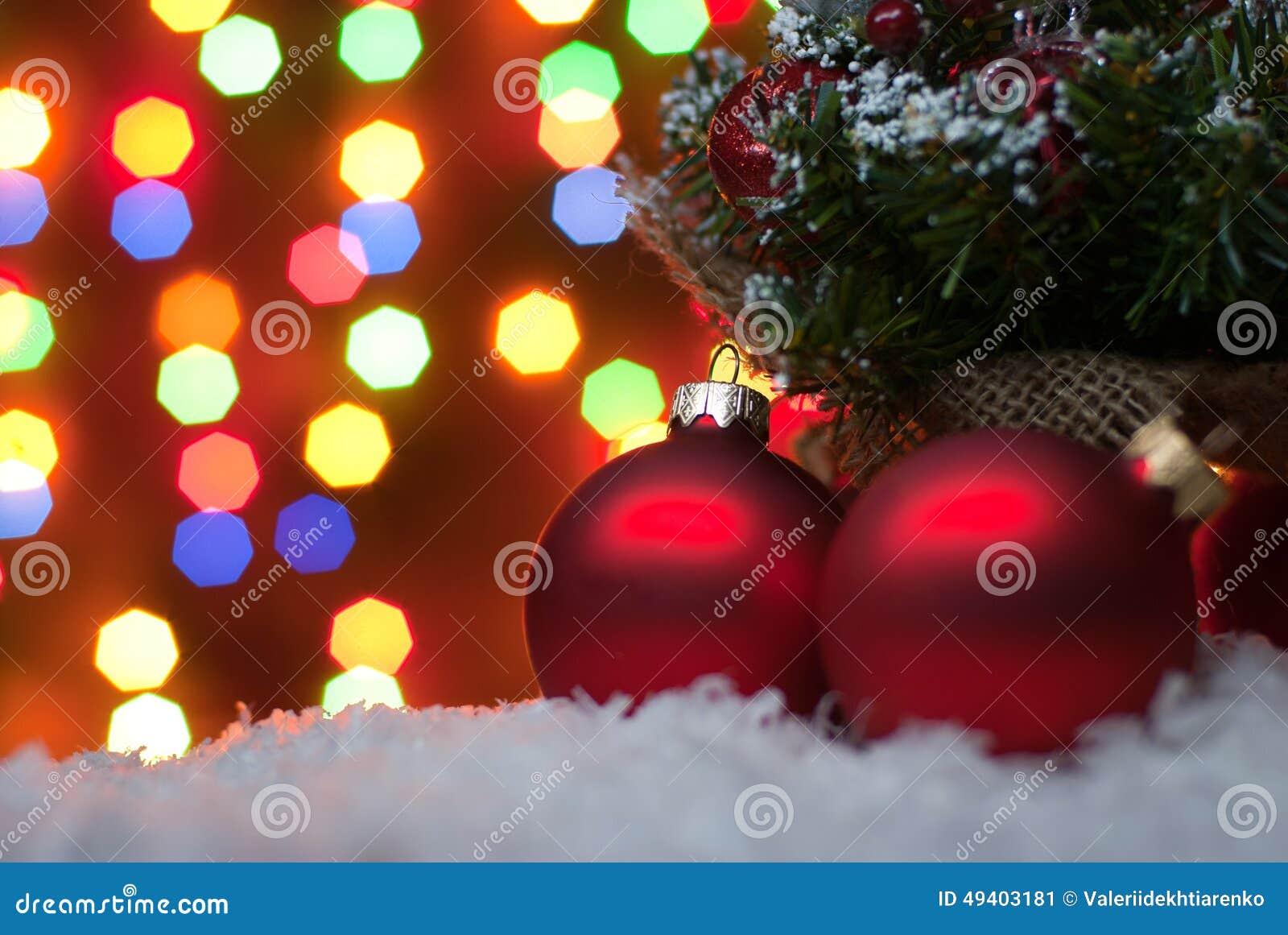 Download Weihnachten Spielt Im Schnee Mit Einem Weihnachtsbaum Mit Girlanden O Stockbild - Bild von dekorationen, familie: 49403181