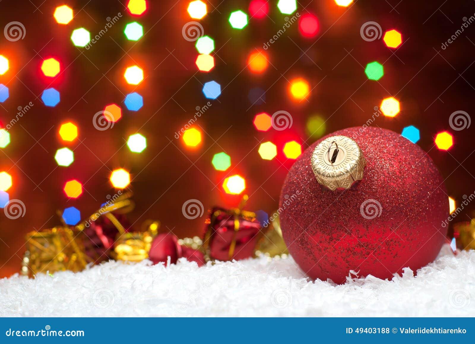 Download Weihnachten Spielt Im Schnee Mit Einem Weihnachtsbaum Mit Girlanden O Stockfoto - Bild von auszug, dekoration: 49403188