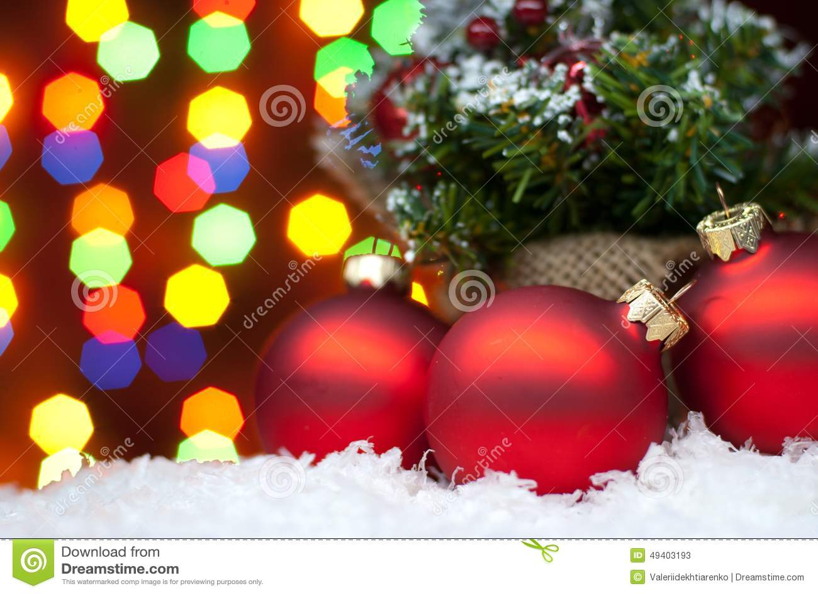 Download Weihnachten Spielt Im Schnee Mit Einem Weihnachtsbaum Mit Girlanden O Stockbild - Bild von vorabend, nacht: 49403193