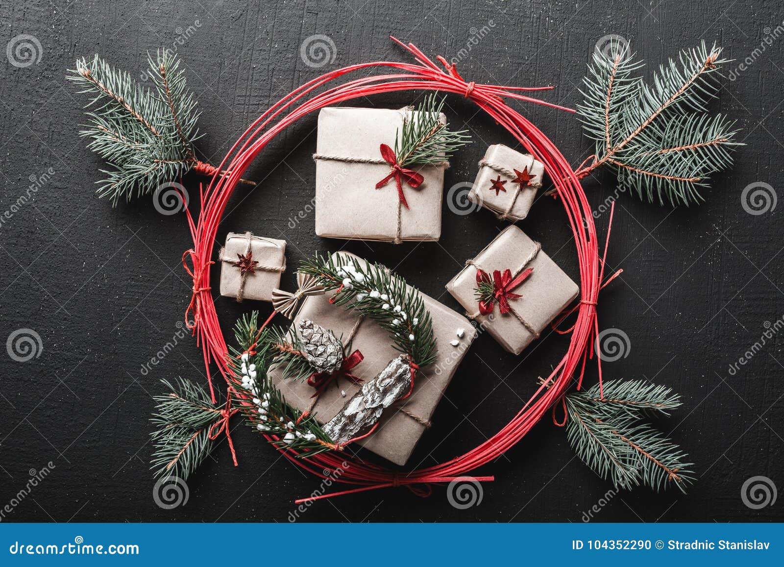 Weihnachten- und neues Jahr ` s Tagesgrußkarte mit vielen Geschenken für Winterurlaube umgeben durch einen roten Kreis, Feiertag
