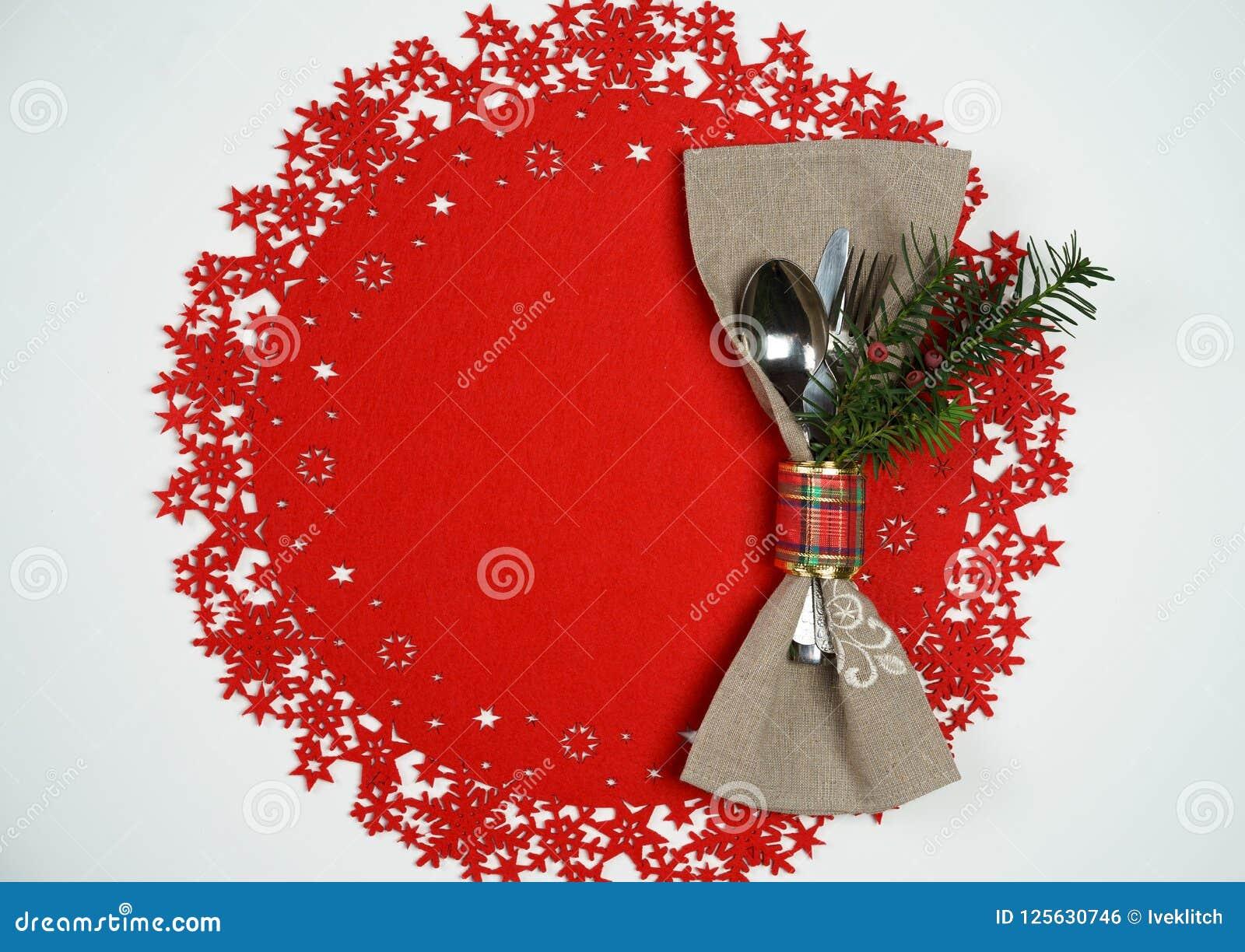 Weihnachten und Neujahrsfeiertag verlegen Gedeck mit Niederlassung des Weihnachtsbaums Draufsicht, roter woolen und weißer Hinter