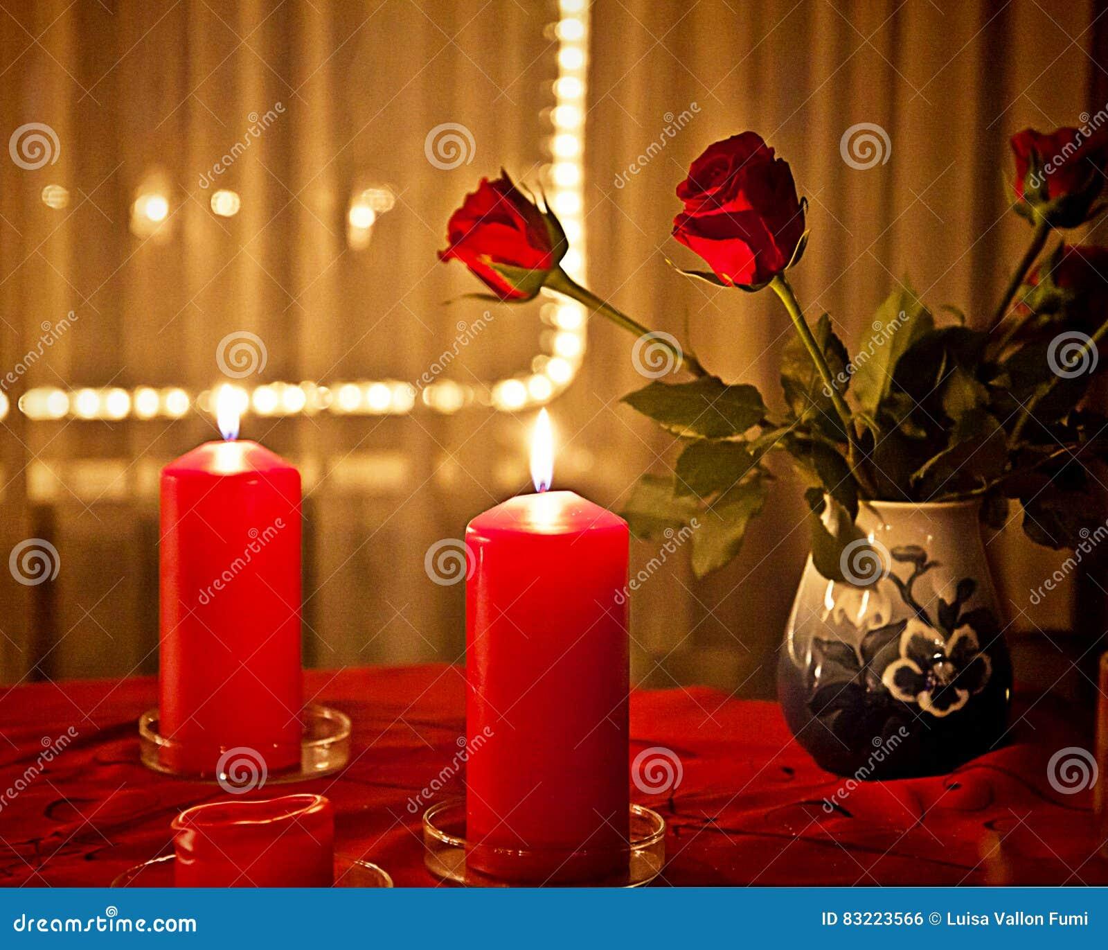 Weihnachten Zu Hause, Rote Rosen Und Rote Kerzen Stockfoto - Bild ...