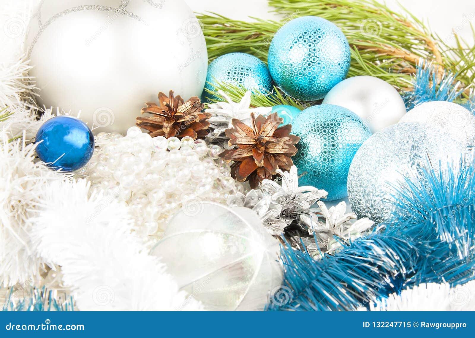 Weihnachts- und des neuen Jahreszusammensetzung mit Tannenbaumast, beautif