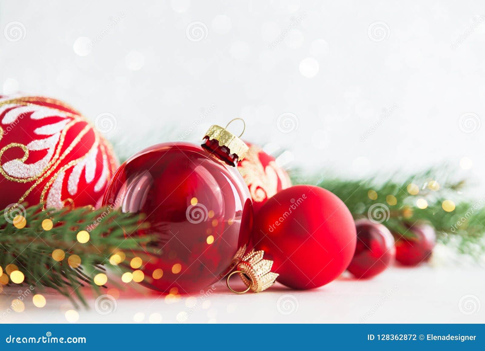 Weihnachts- und Neujahrsfeiertaghintergrund Ausführliche 3d übertragen Der Junge gelegt auf den Schnee