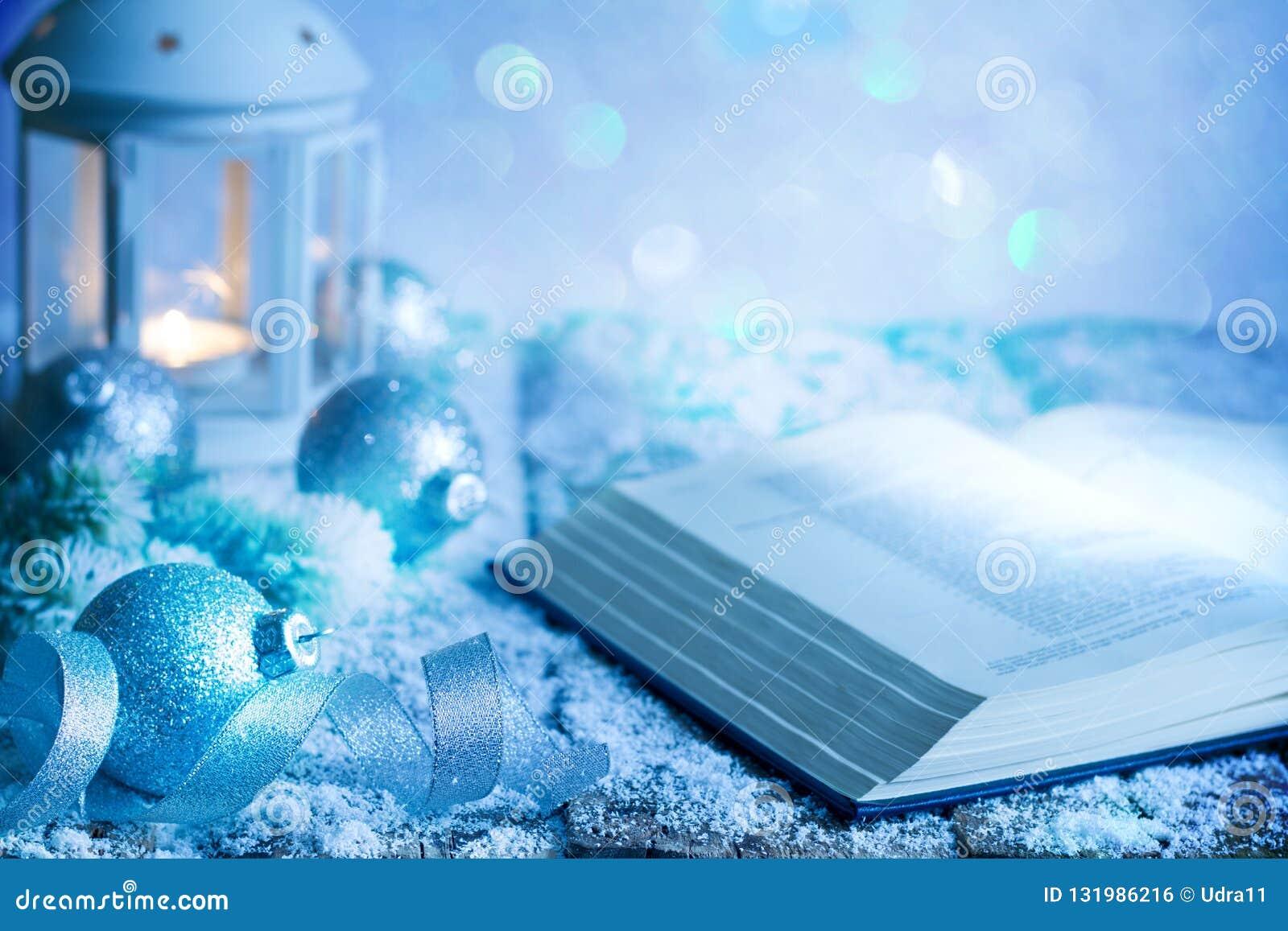 Weihnachtsabstrakter Dekorations-Verzierungshintergrund mit Bibelflitter und -laterne auf leerer Tabelle im Blau