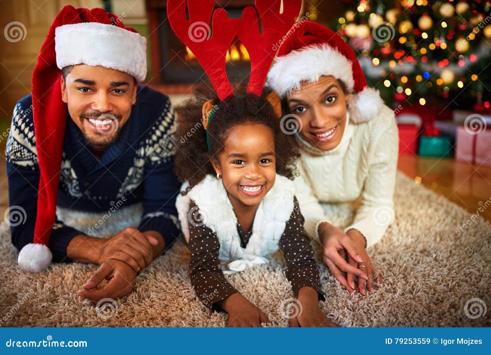 Weihnachtsatmosphäre in der Afroamerikanerfamilie