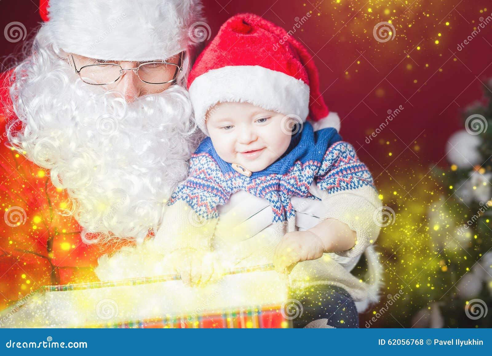 Weihnachtsbaby Und -sankt, Die Ein Geschenk Oder Eine Geschenkbox ...
