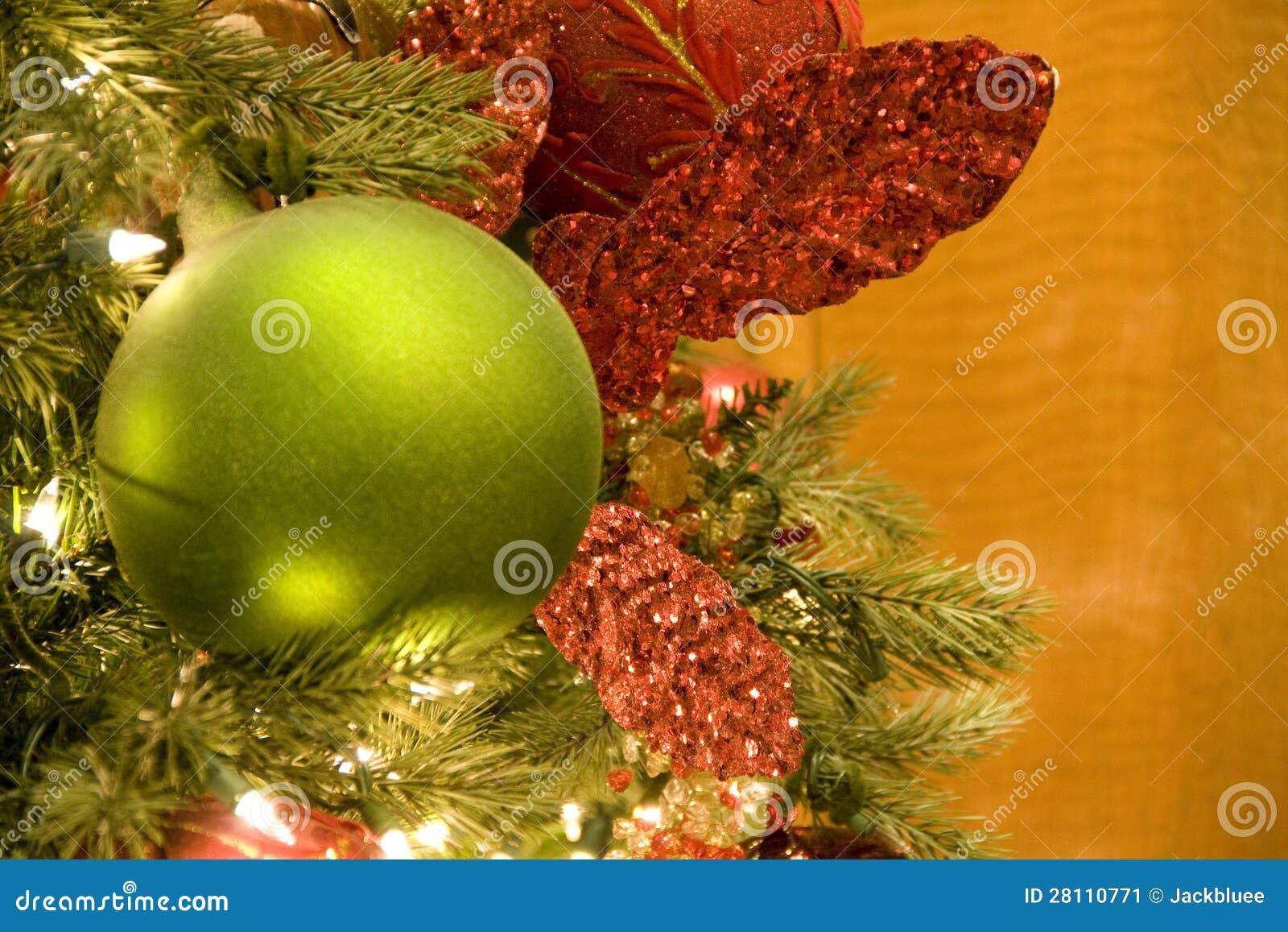weihnachtsbaum gr nkugel stockbild bild 28110771. Black Bedroom Furniture Sets. Home Design Ideas