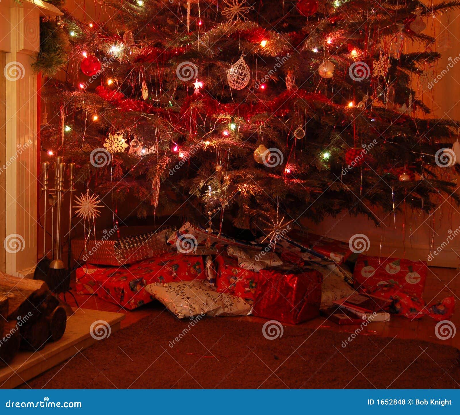 weihnachtsbaum mit geschenken lizenzfreie stockfotos. Black Bedroom Furniture Sets. Home Design Ideas