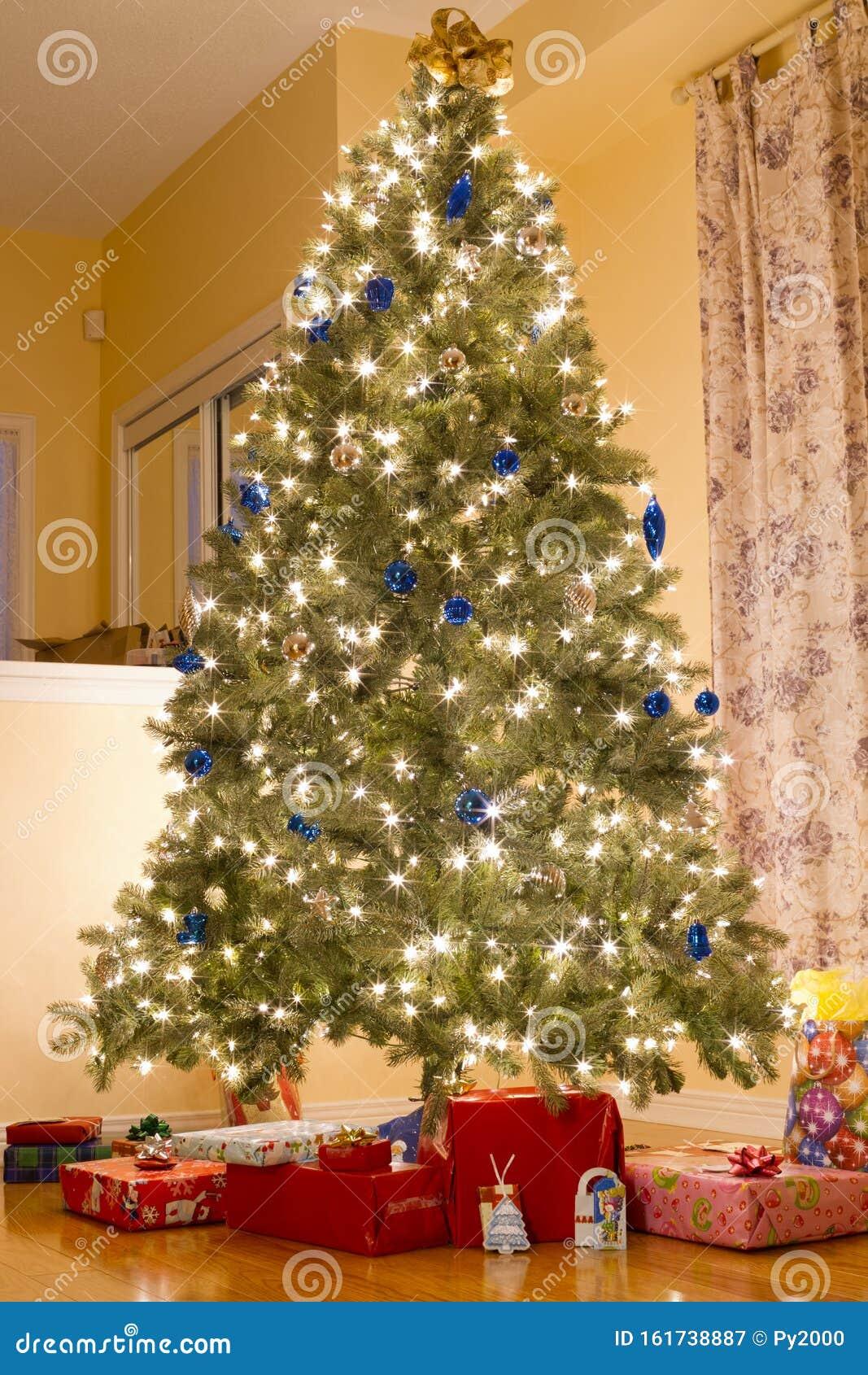 weihnachtsbaum mit geschenken stockbild - bild von