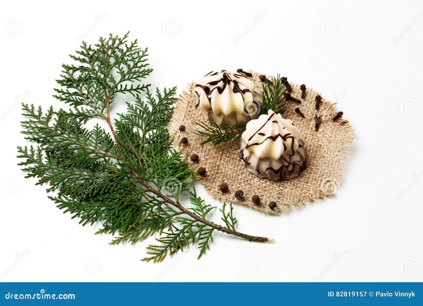 Weihnachtsbaum Ast.Weihnachtsbaumast Kuchen Dekoration Des Neuen Jahres Auf Weiß