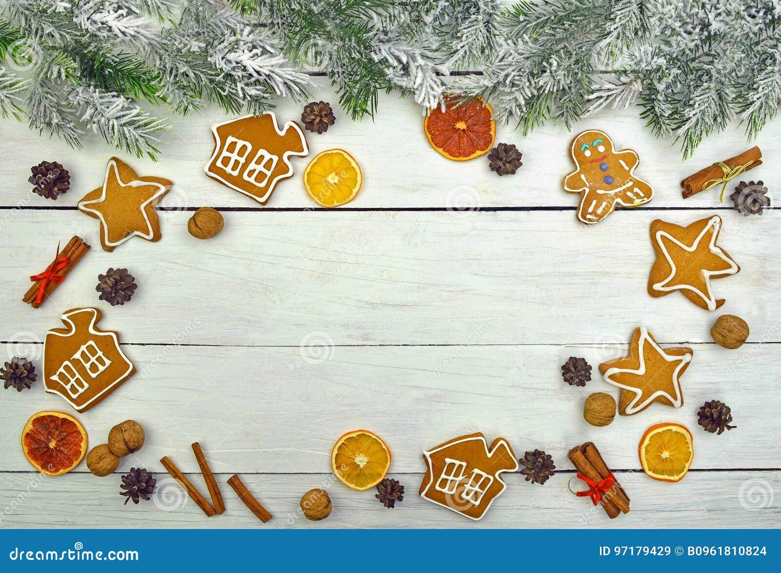 Weihnachtsbaumaste im Schnee und festliche Plätzchen mit Gewürzen