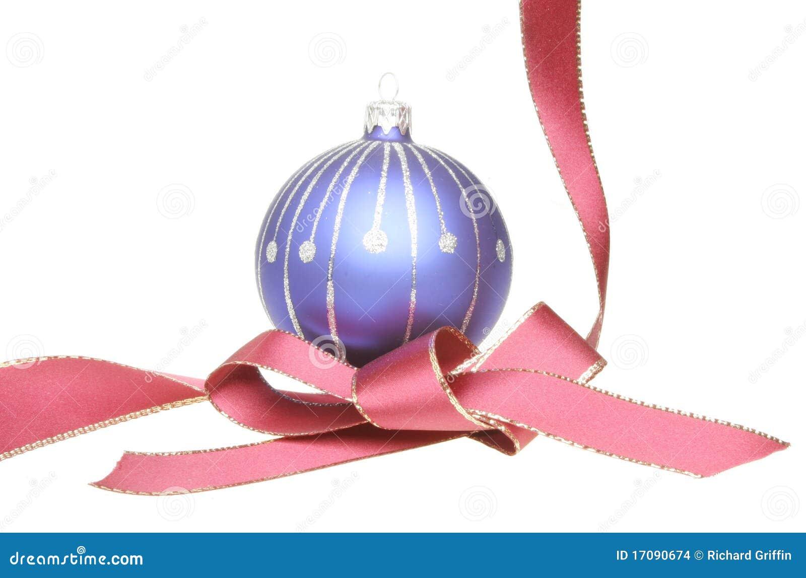 Weihnachtsbaumkugel und rotes Farbband
