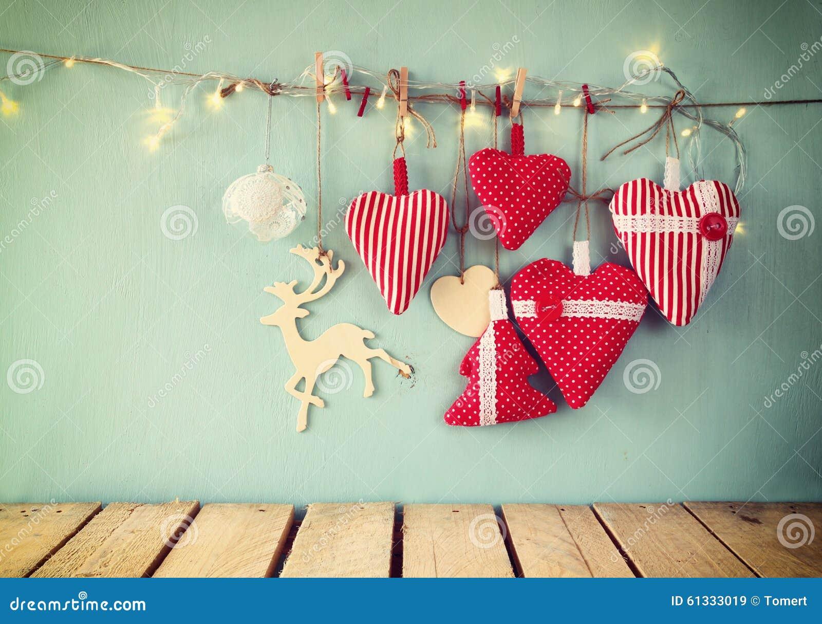 weihnachtsbild von roten herzen und girlande des gewebes. Black Bedroom Furniture Sets. Home Design Ideas
