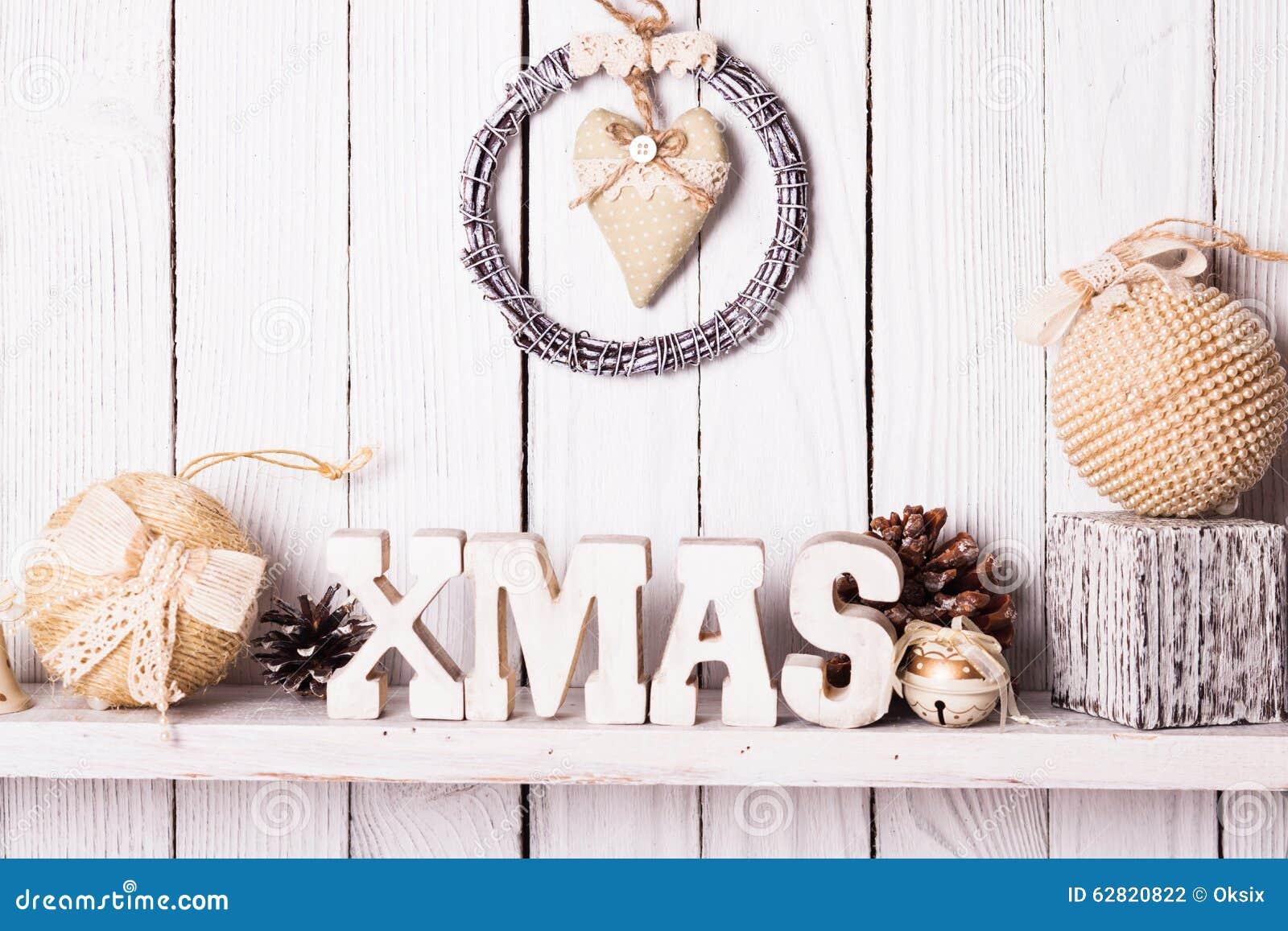 Weihnachtsdekor im Regal stockfoto. Bild von dekoration - 62820822