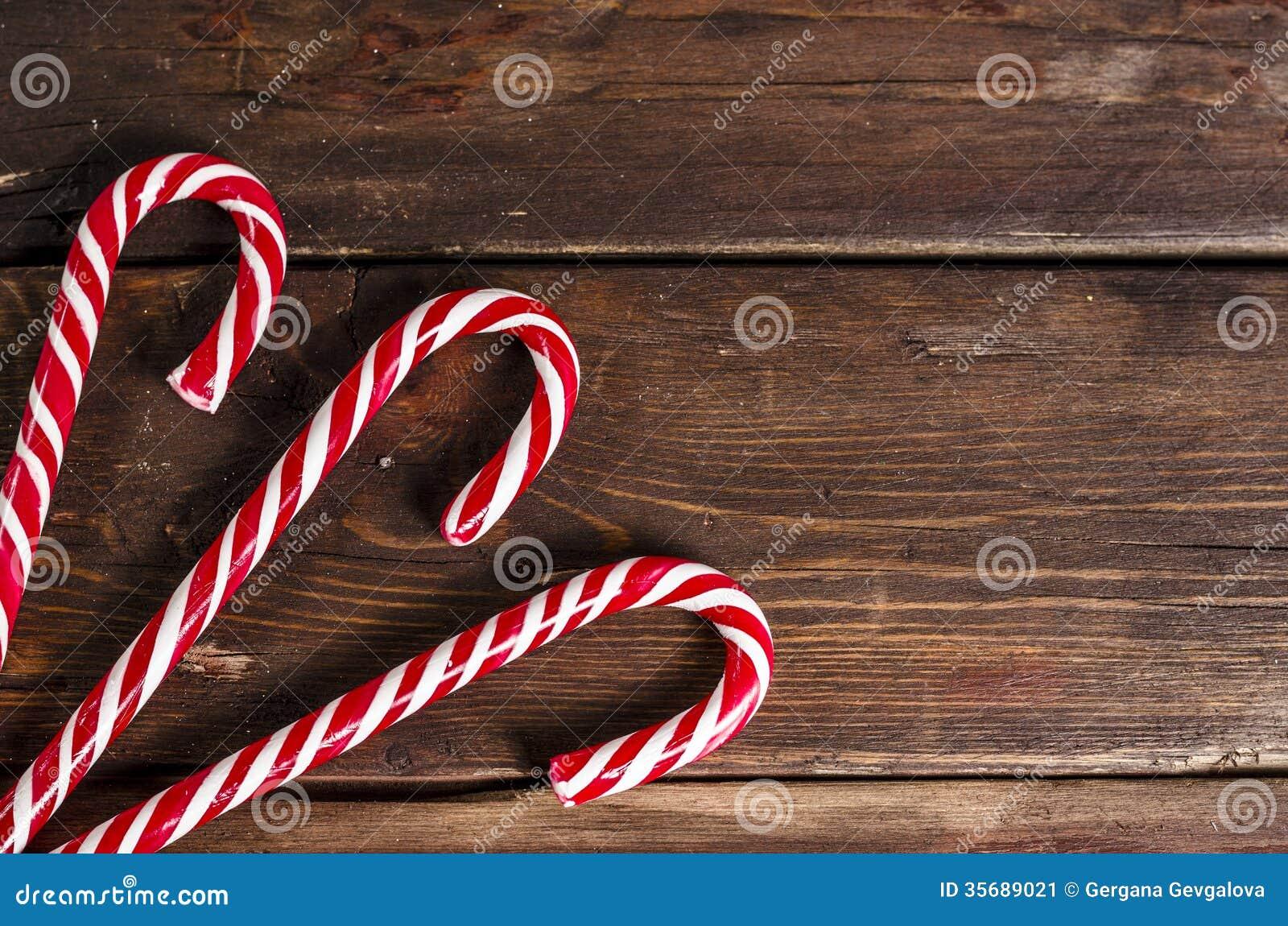 Weihnachtsdekoration auf hölzernen Brettern