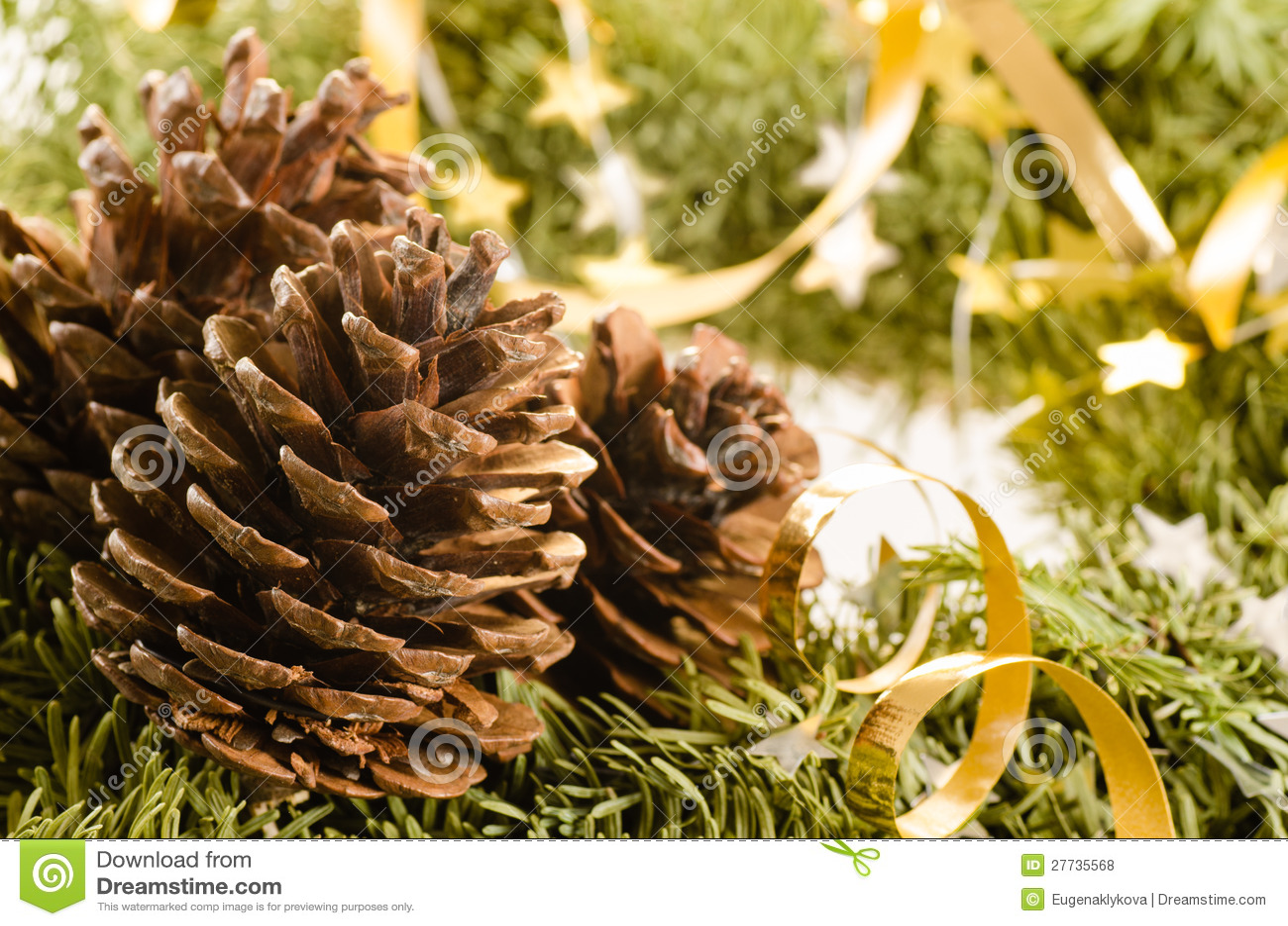 Weihnachtsdekoration des Pelzbaums und der Kegel