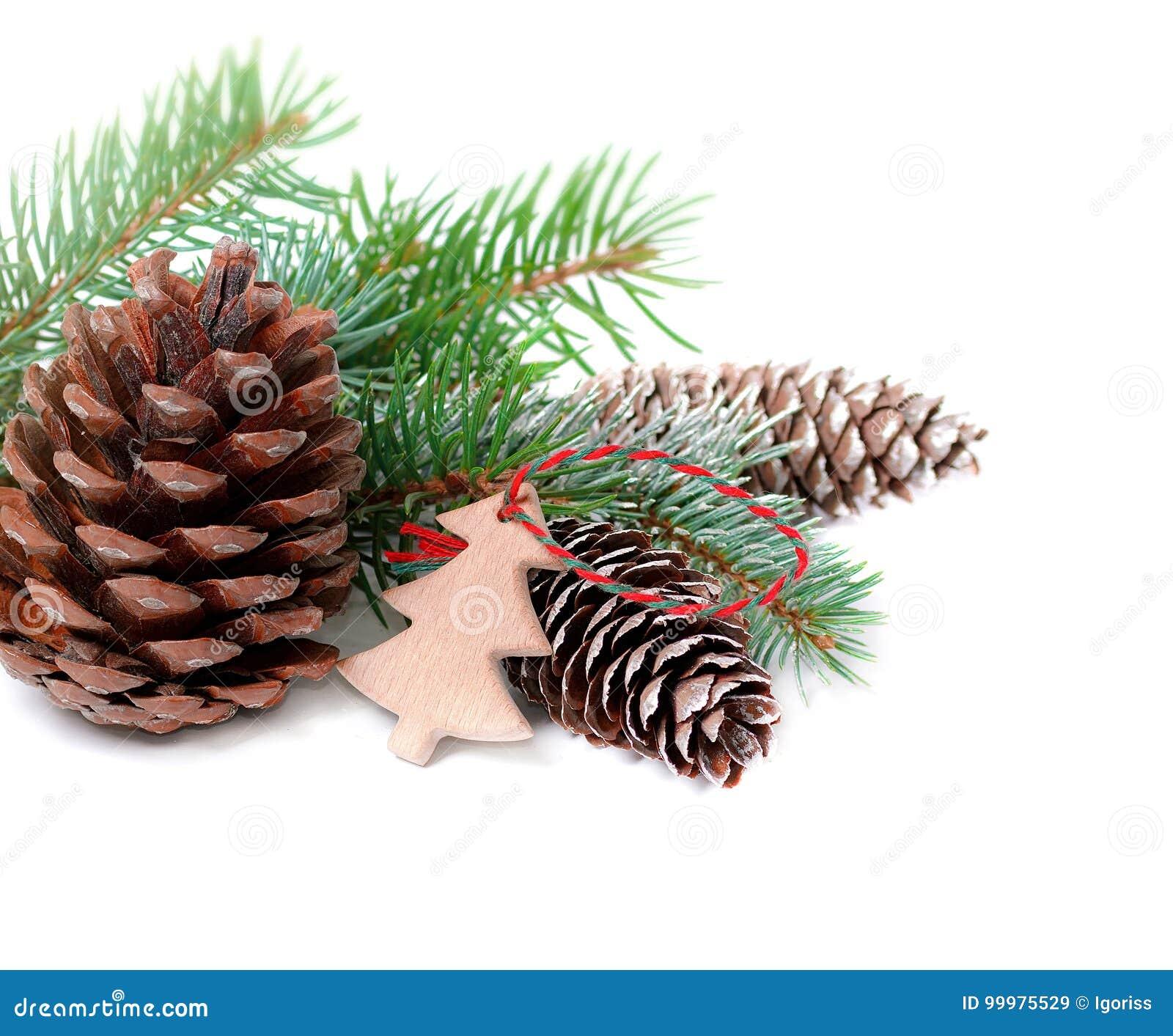 Bild Tannenbaum.Weihnachtsdekoration Mit Tannenbaum Und Kegel Lokalisiert Auf Einem