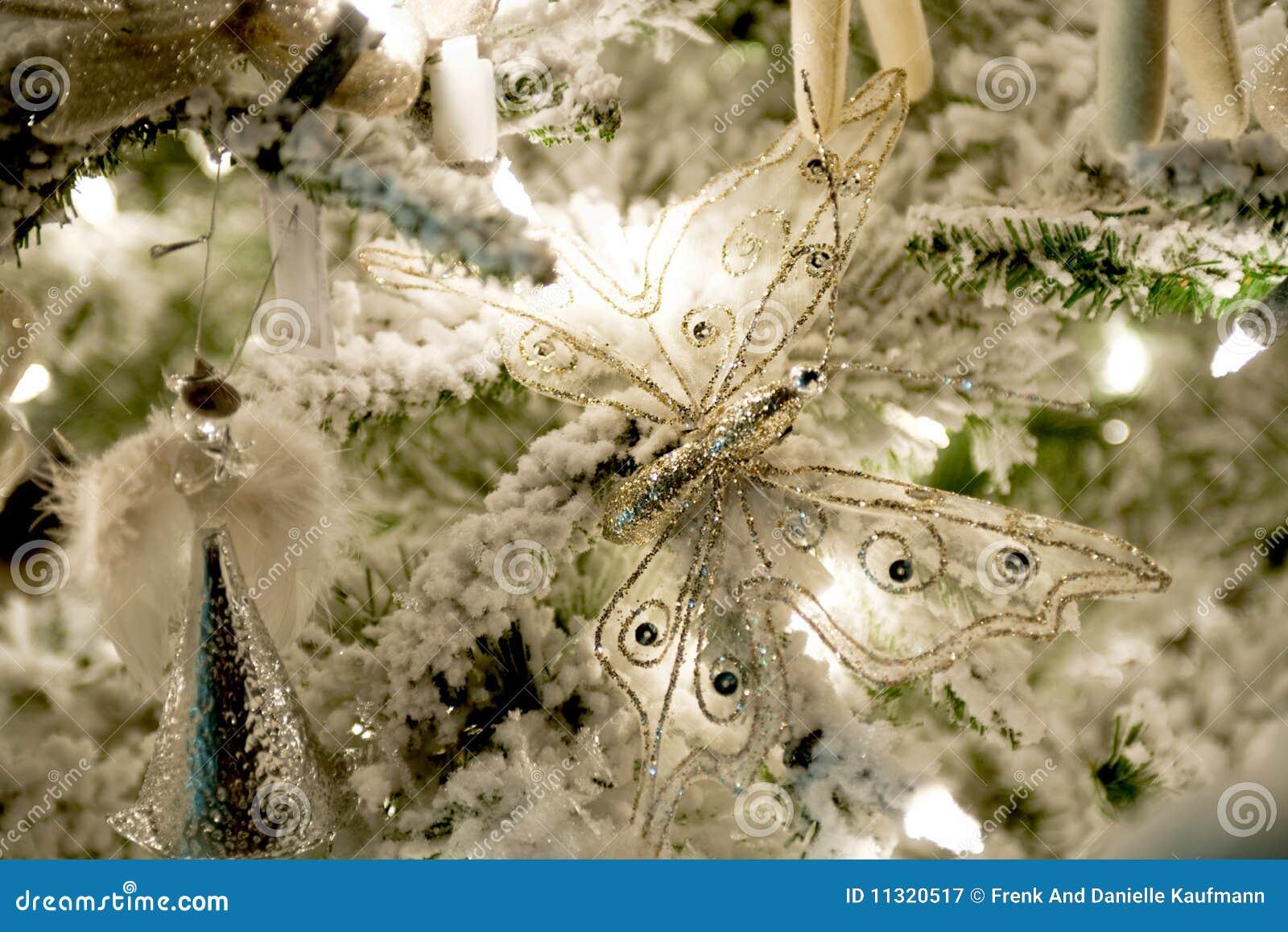 Weihnachtsdekorationen, die im grünen Weihnachtsbaum hängen