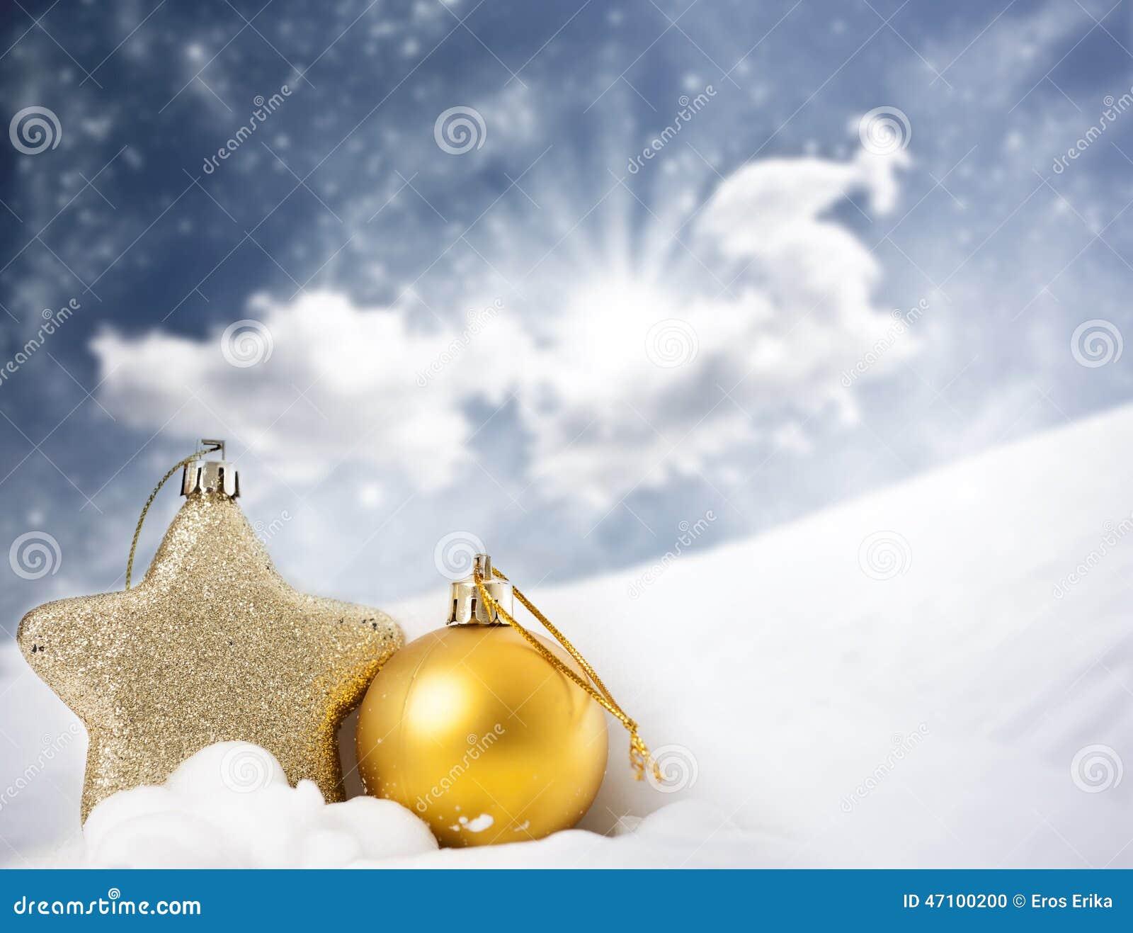 Weihnachtsdekorationen im Schnee