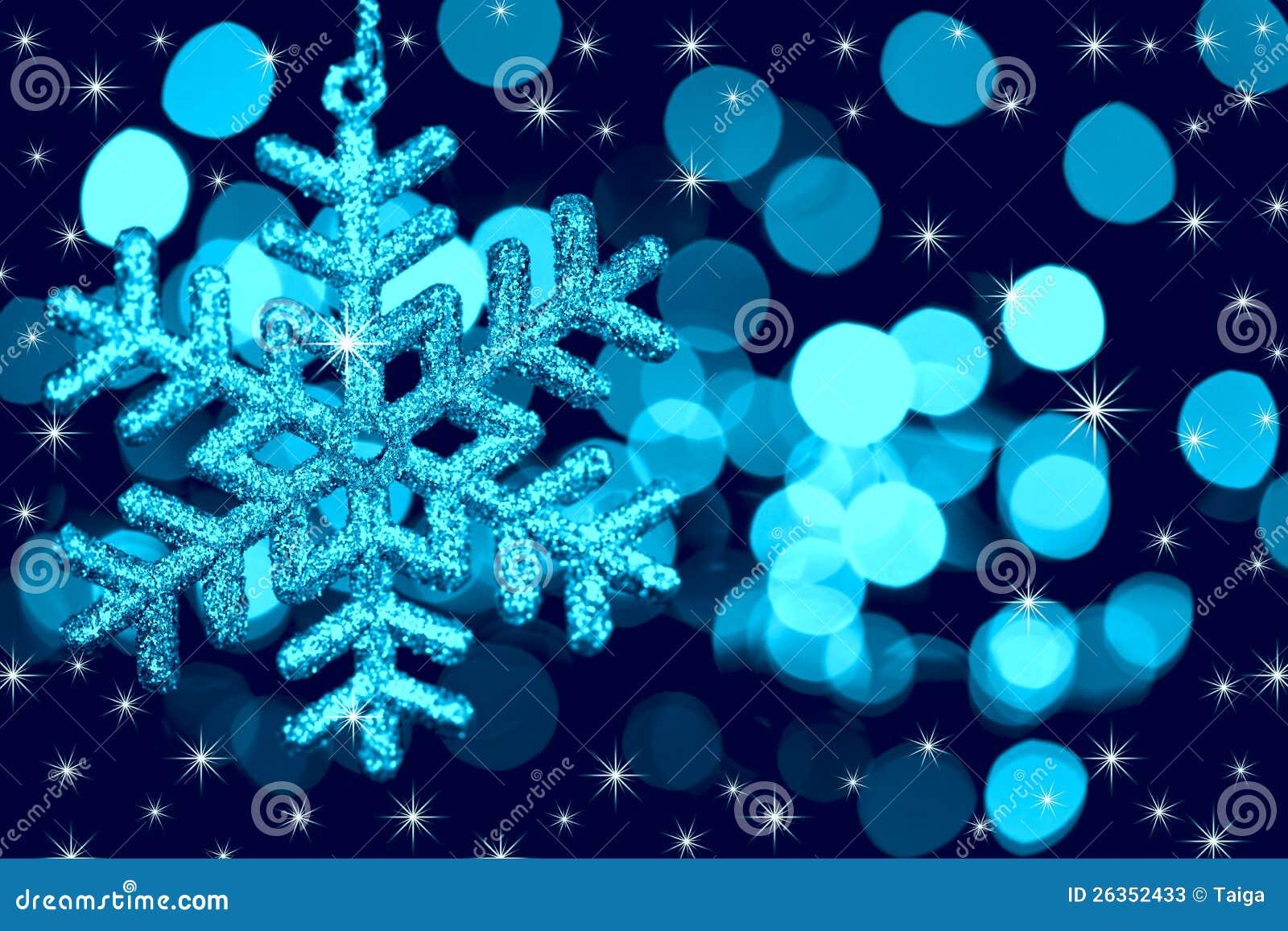 Weihnachtsdekorationschneeflocke auf defocused Leuchten