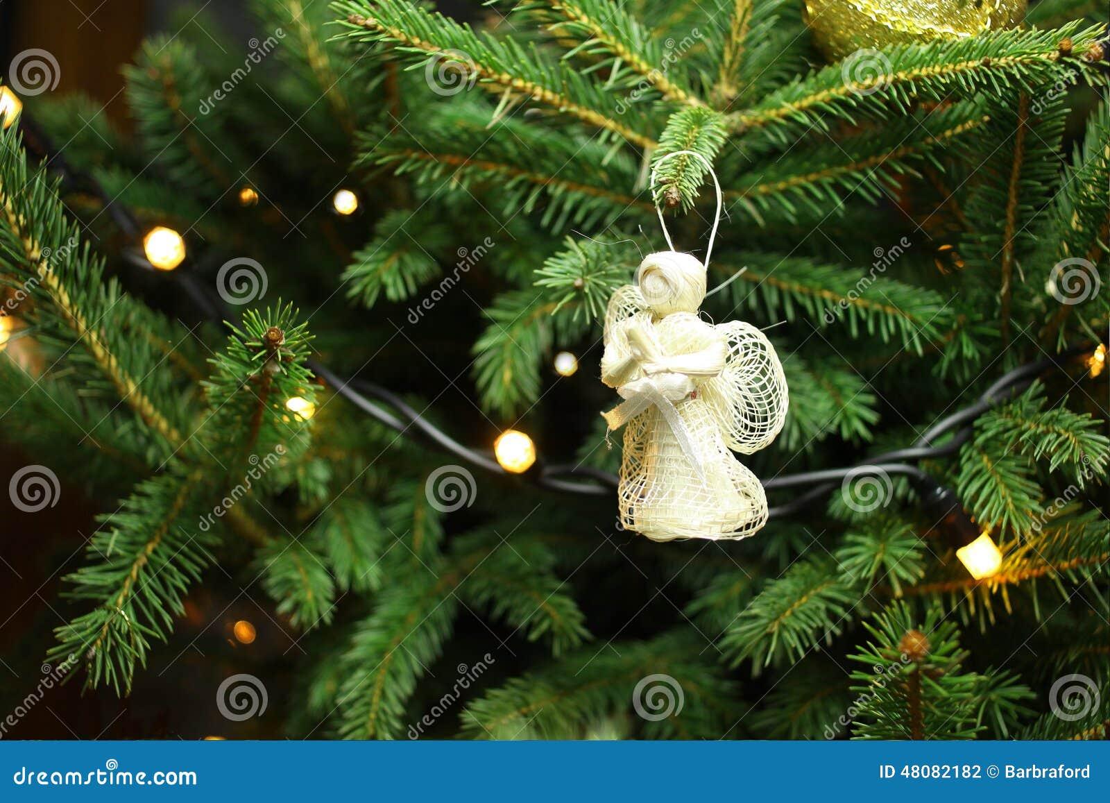 Weihnachtsbaum Ast.Weihnachtsengel Auf Weihnachtsbaumast Stockfoto Bild Von
