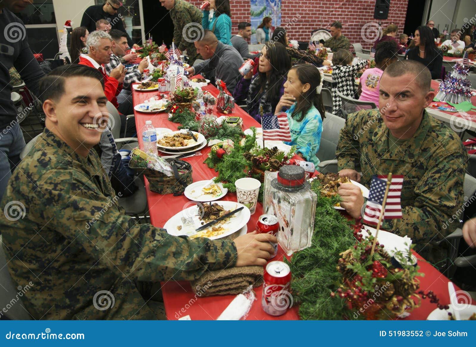 Weihnachtsessen Für US-Soldaten In Der Verletzten Kriegers-Mitte ...